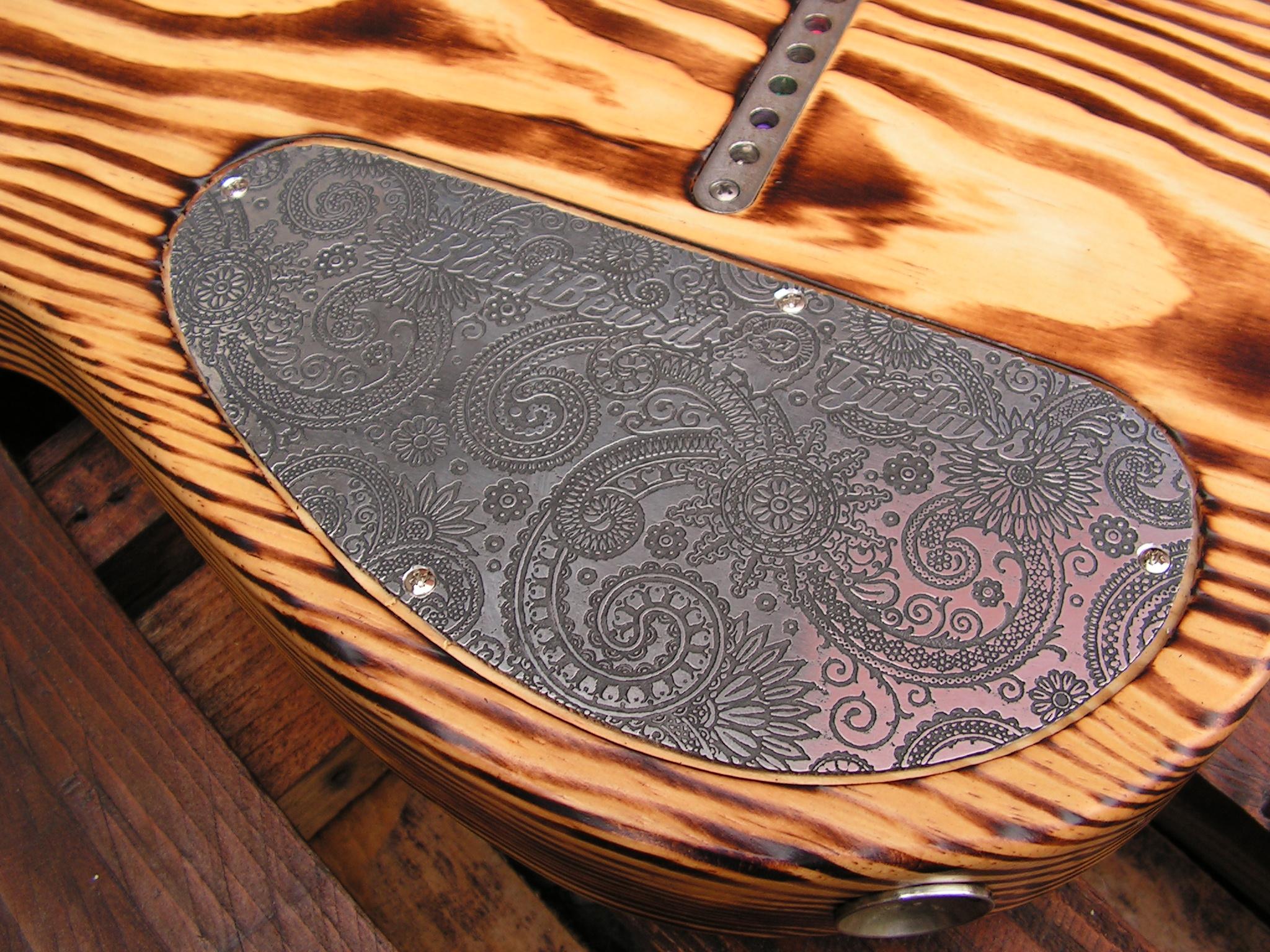 Coperchio inciso sul retro del body di una chitarra Telecaster in pino roasted