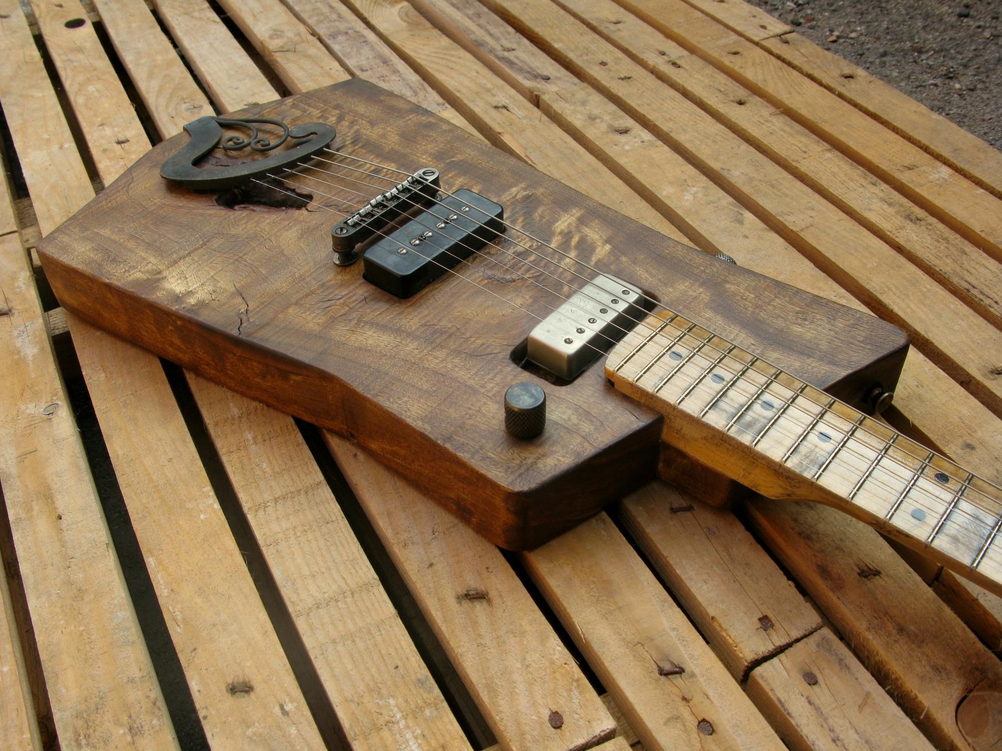 Body in pioppo di una chitarra elettrica con manico in acero