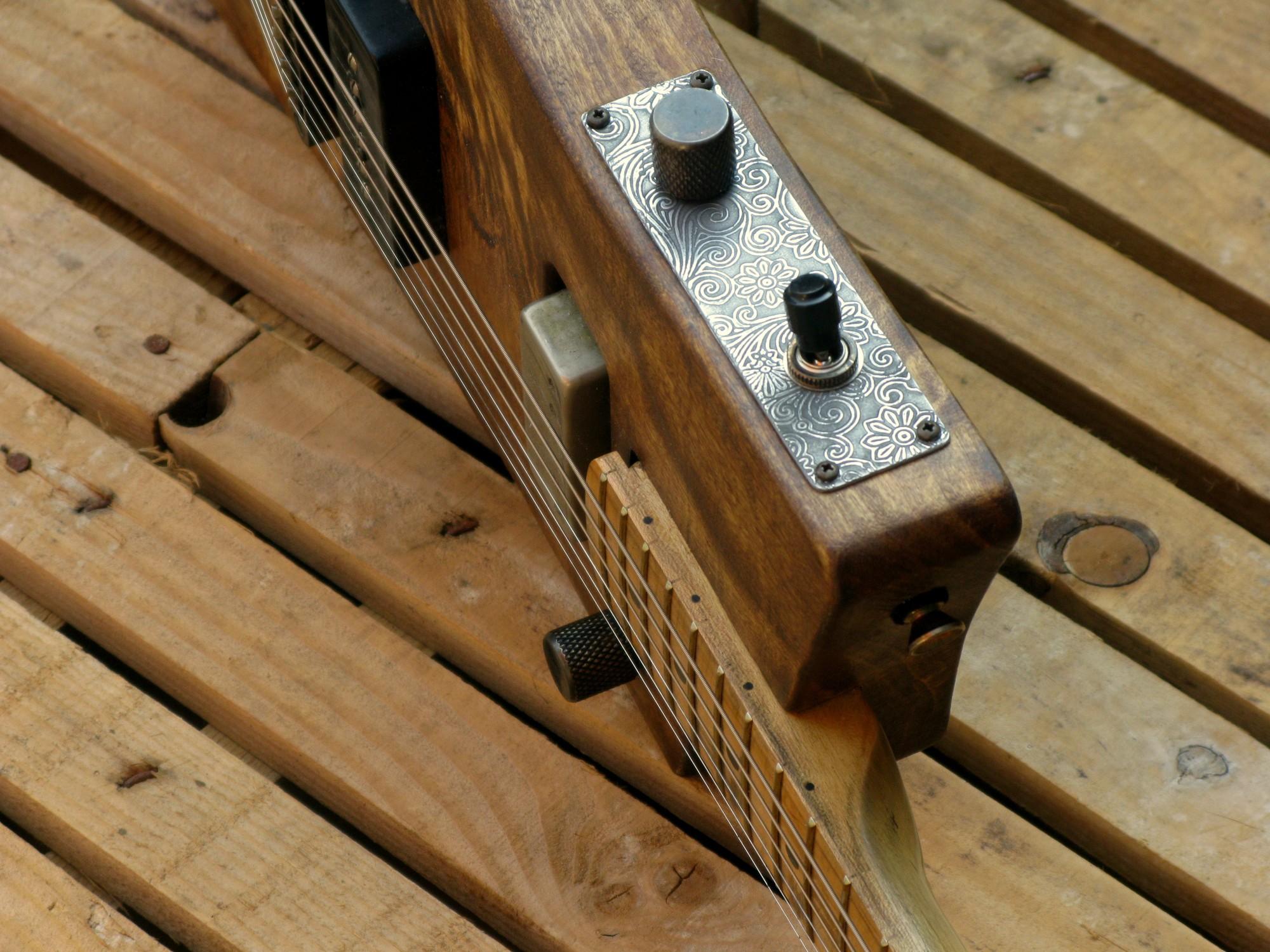 Controlli di una chitarra elettrica in pioppo