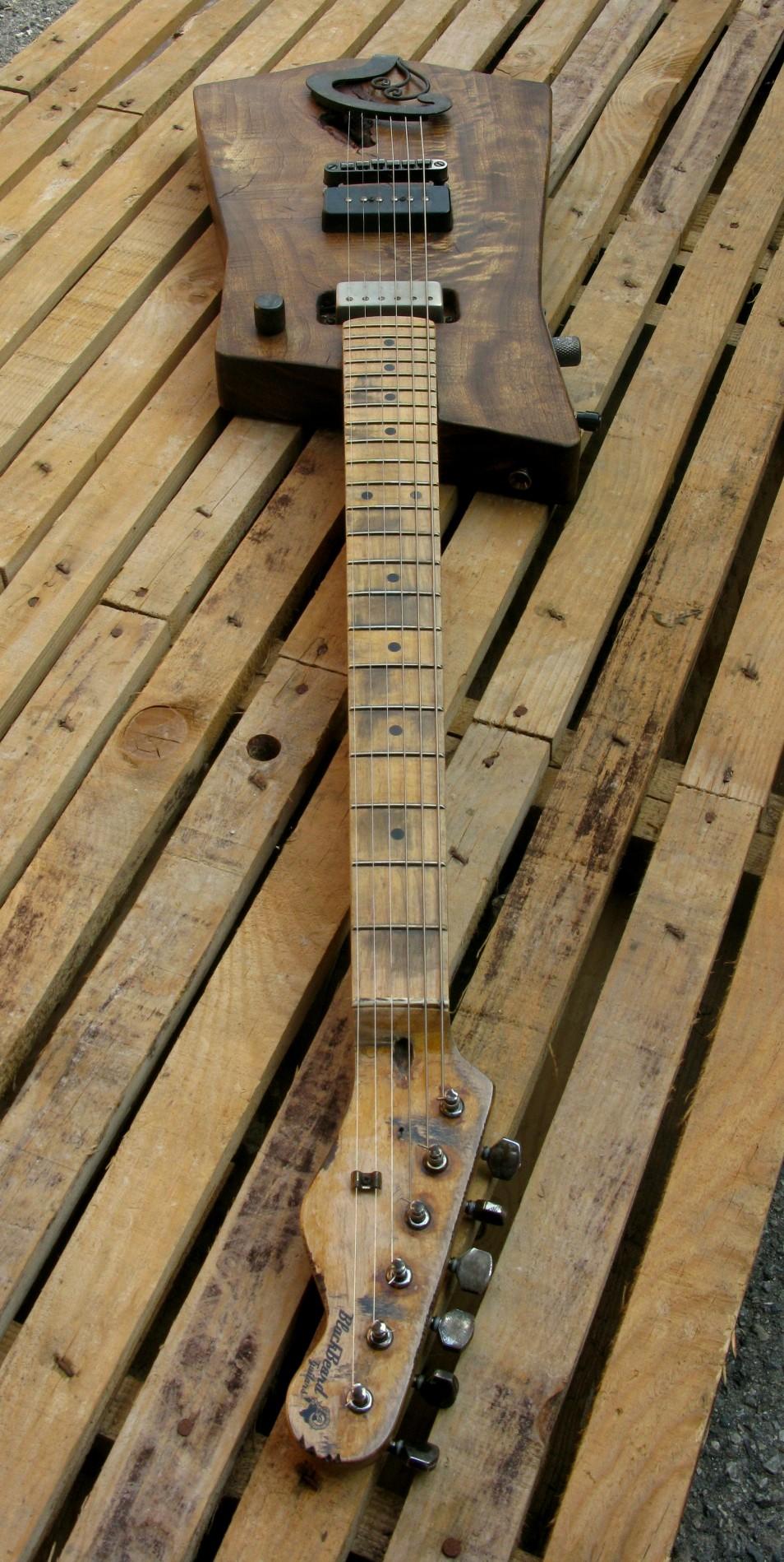 Manico in acero relic di una chitarra elettrica in pioppo