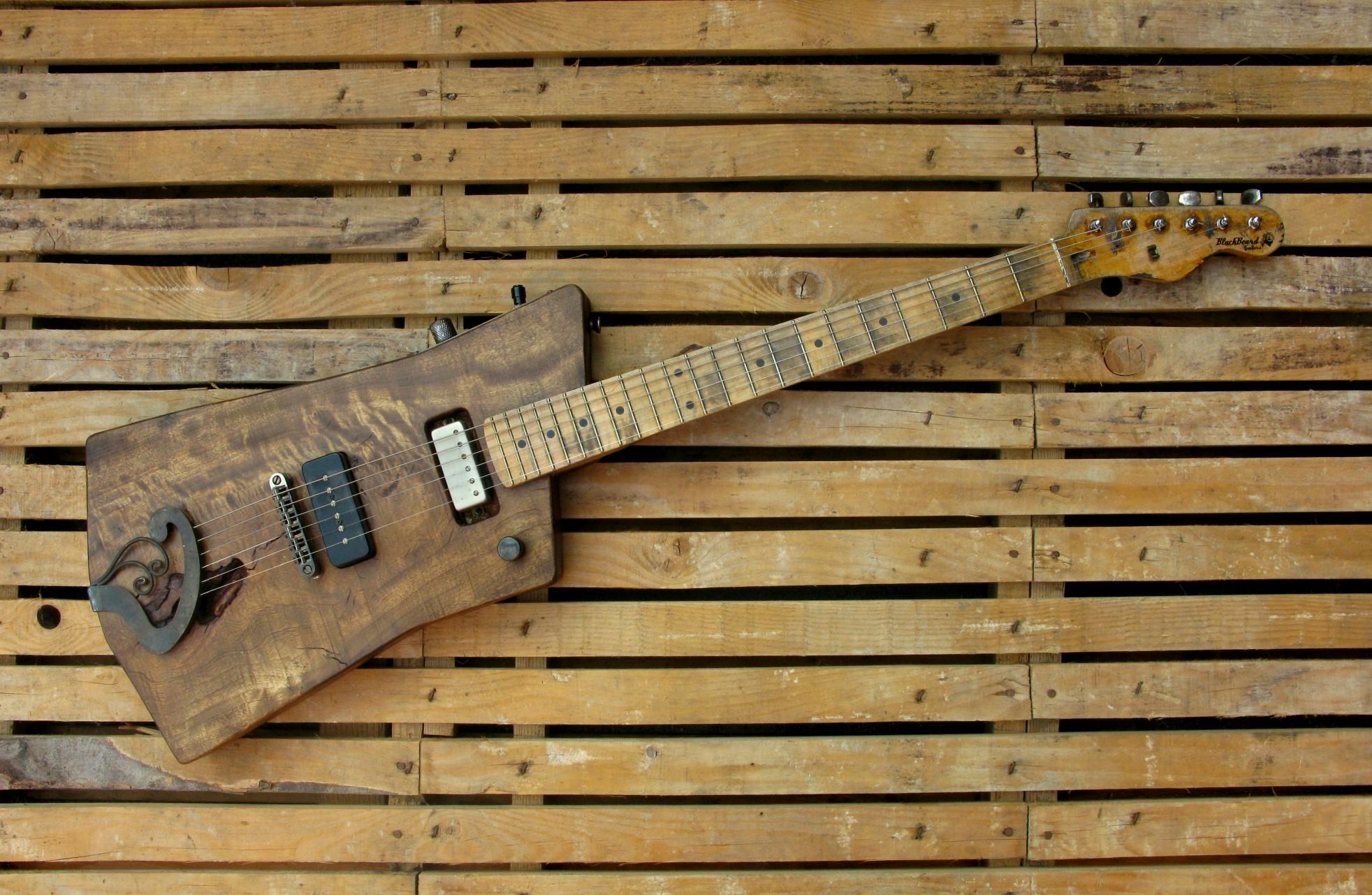 Chitarra elettrica in pioppo con manico in acero