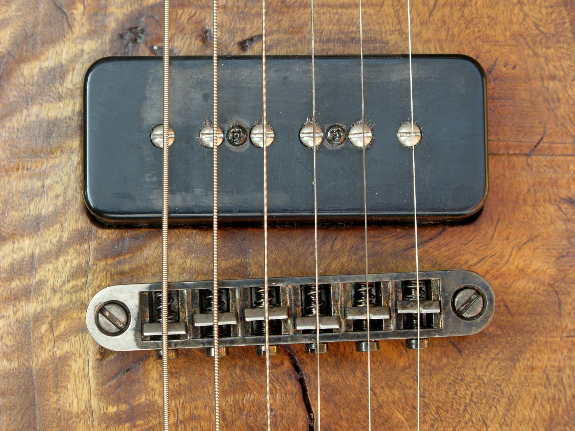 Pickup p90 al ponte di una chitarra elettrica in pioppo