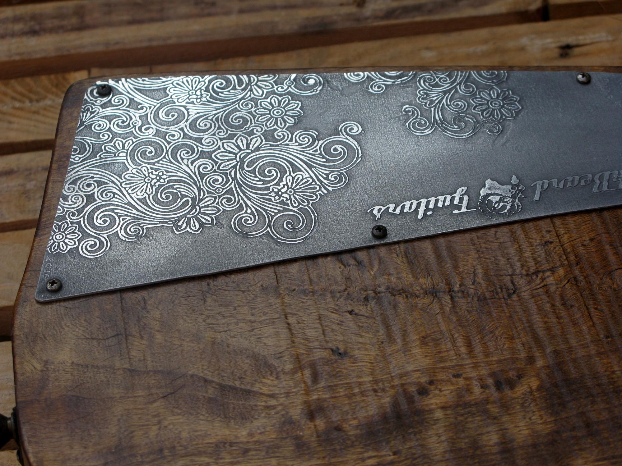 Coperchio inciso del vano sul retro del body in pioppo di una chitarra elettrica con manico in acero