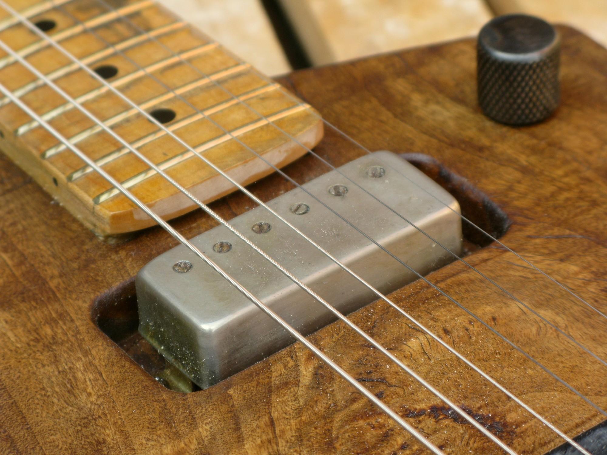Pickup al manico di una chitarra elettrica in pioppo