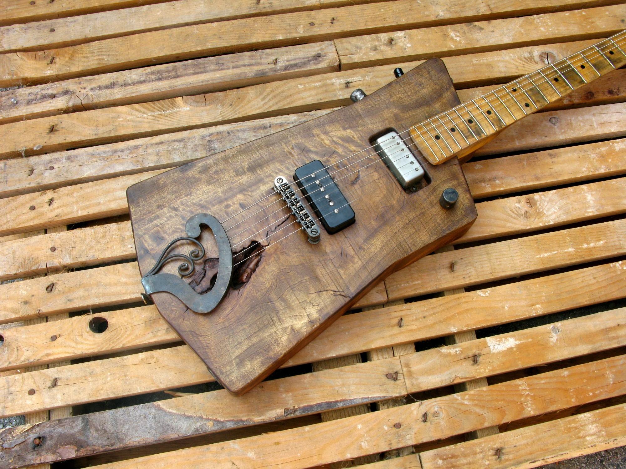 Chitarra elettrica in pioppo