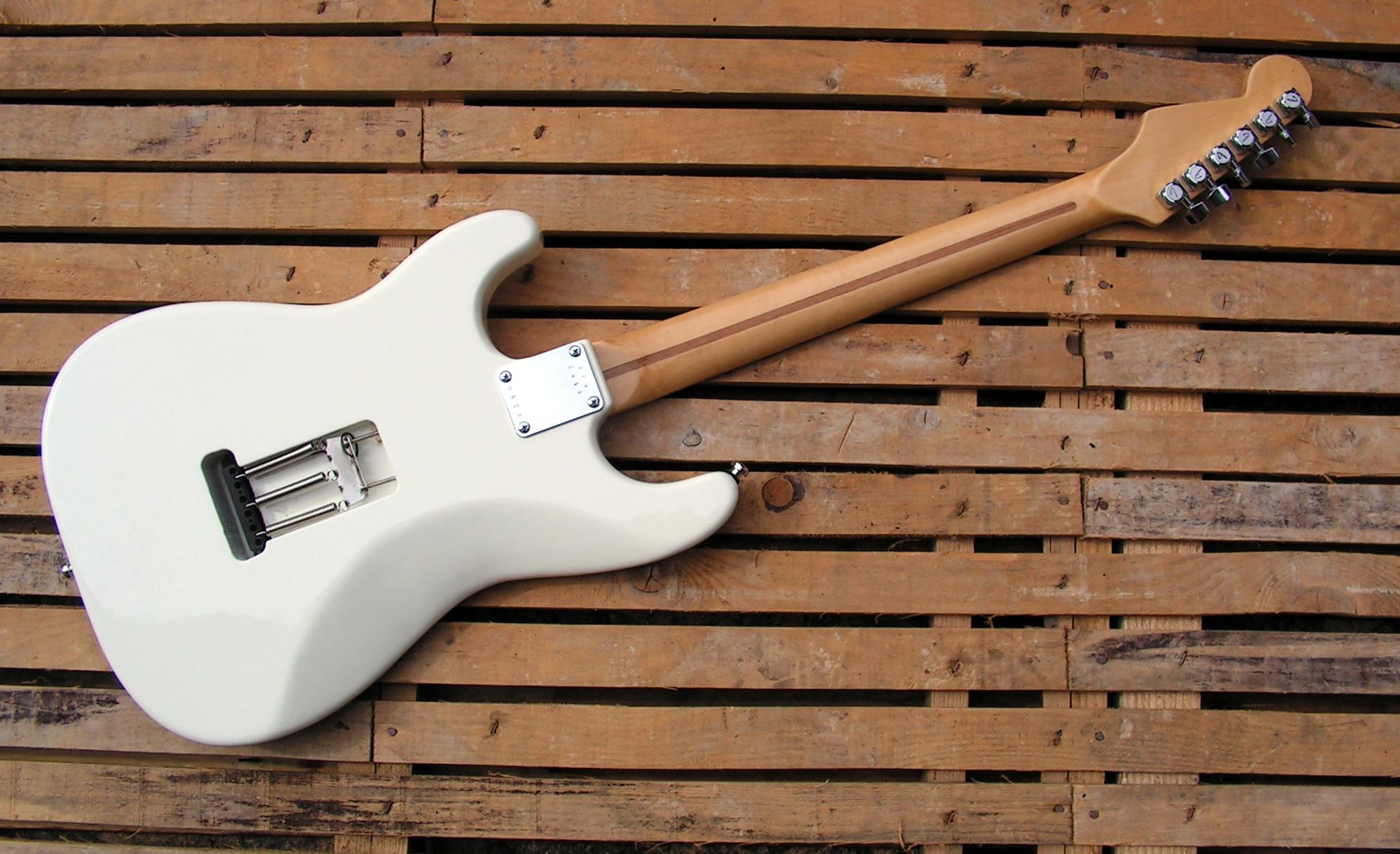 Retro di una chitarra Stratocaster con due humbucker