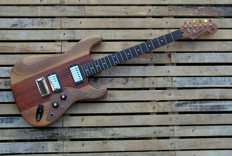 Chitarra Stratocaster in mogano e noce