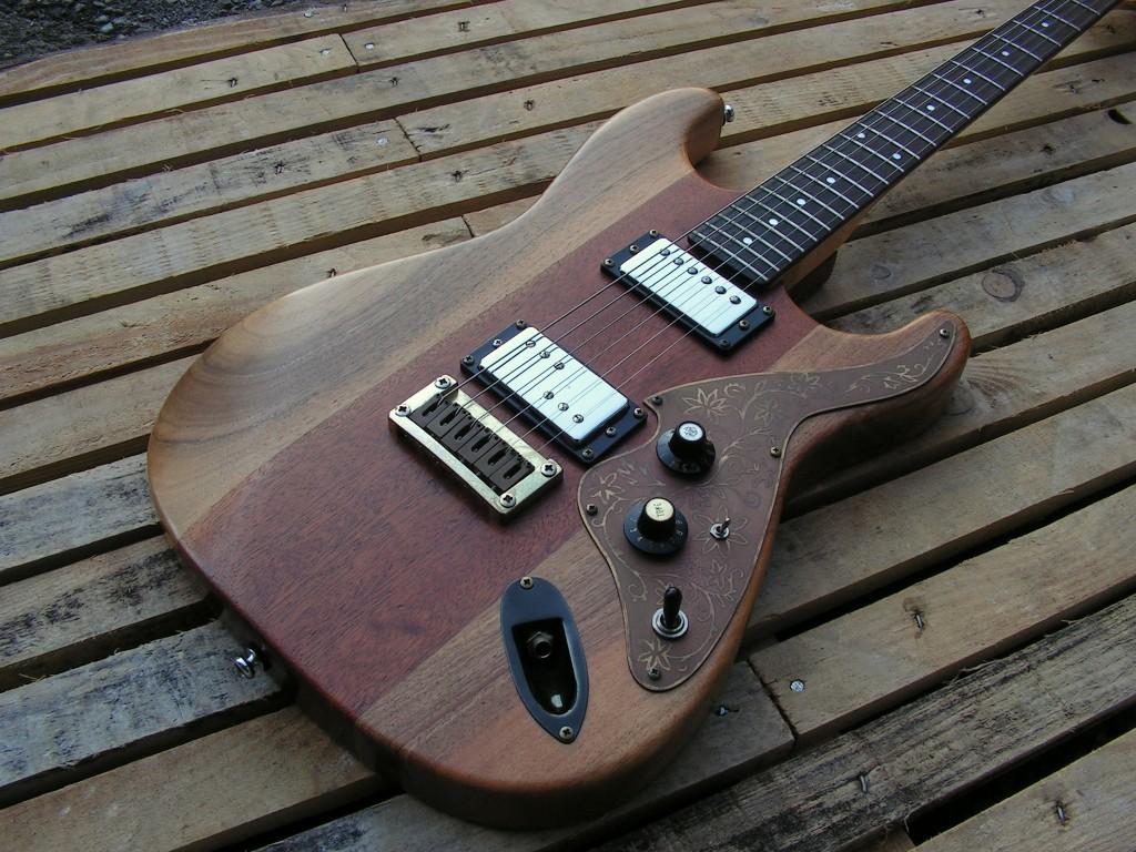 Body di una chitarra Stratocaster in mogano e noce