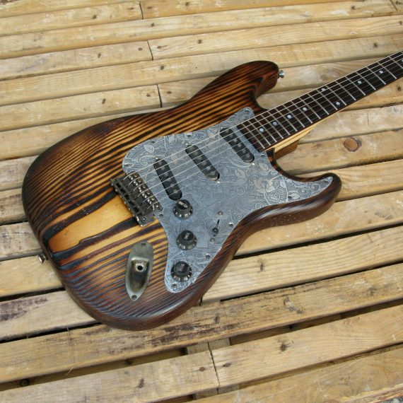 Body di una chitarra Stratocaster in pino roasted