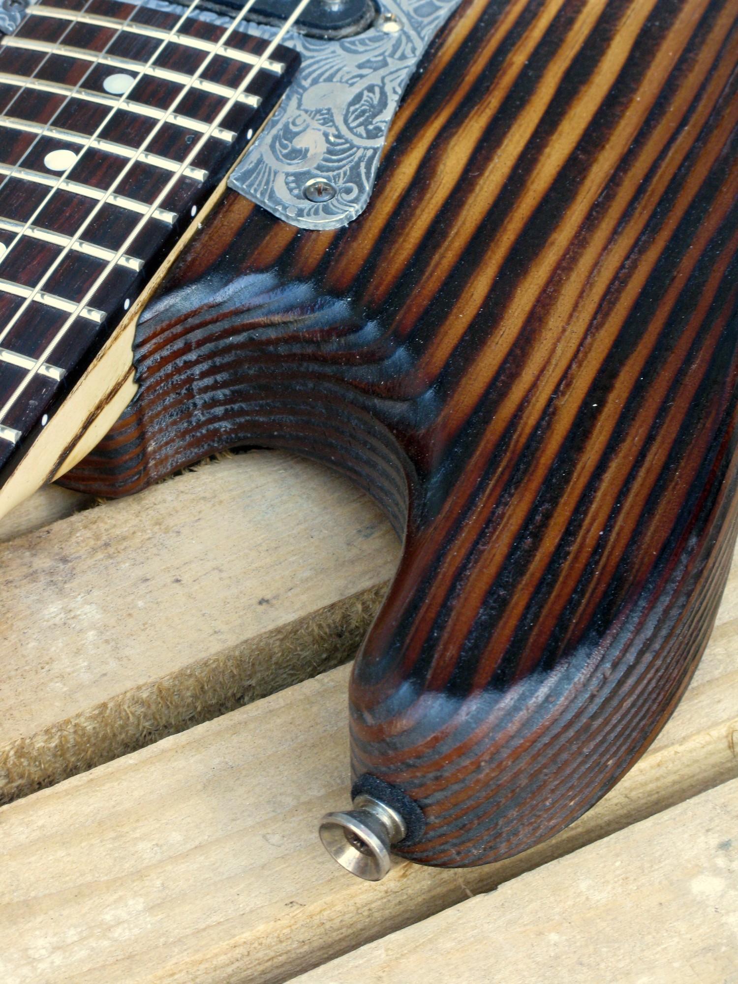 Dettaglio del body di una chitarra Stratocaster in pino roasted