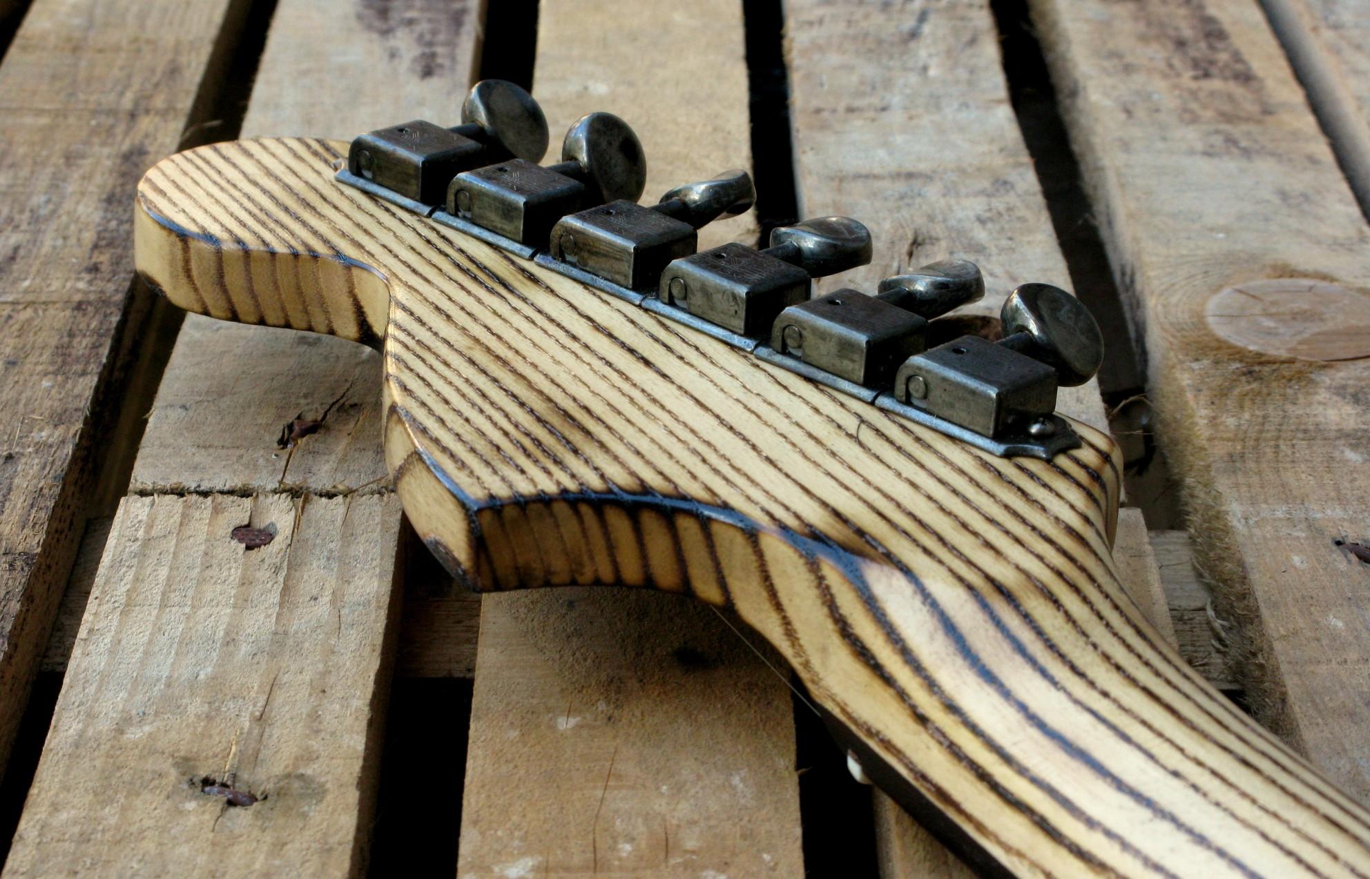 Retro della paletta di una chitarra Stratocaster in pino roasted