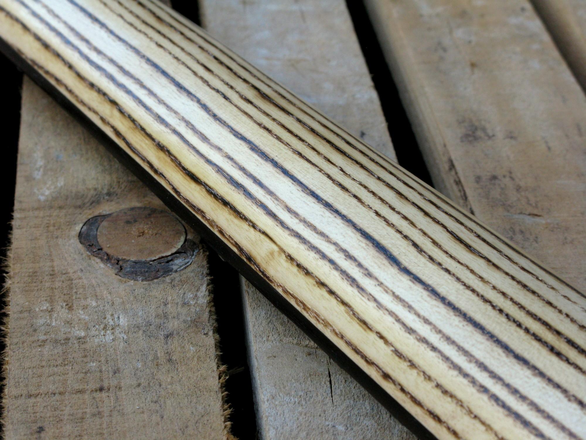 Dettaglio del retro del manico in frassino roasted di una Stratocaster