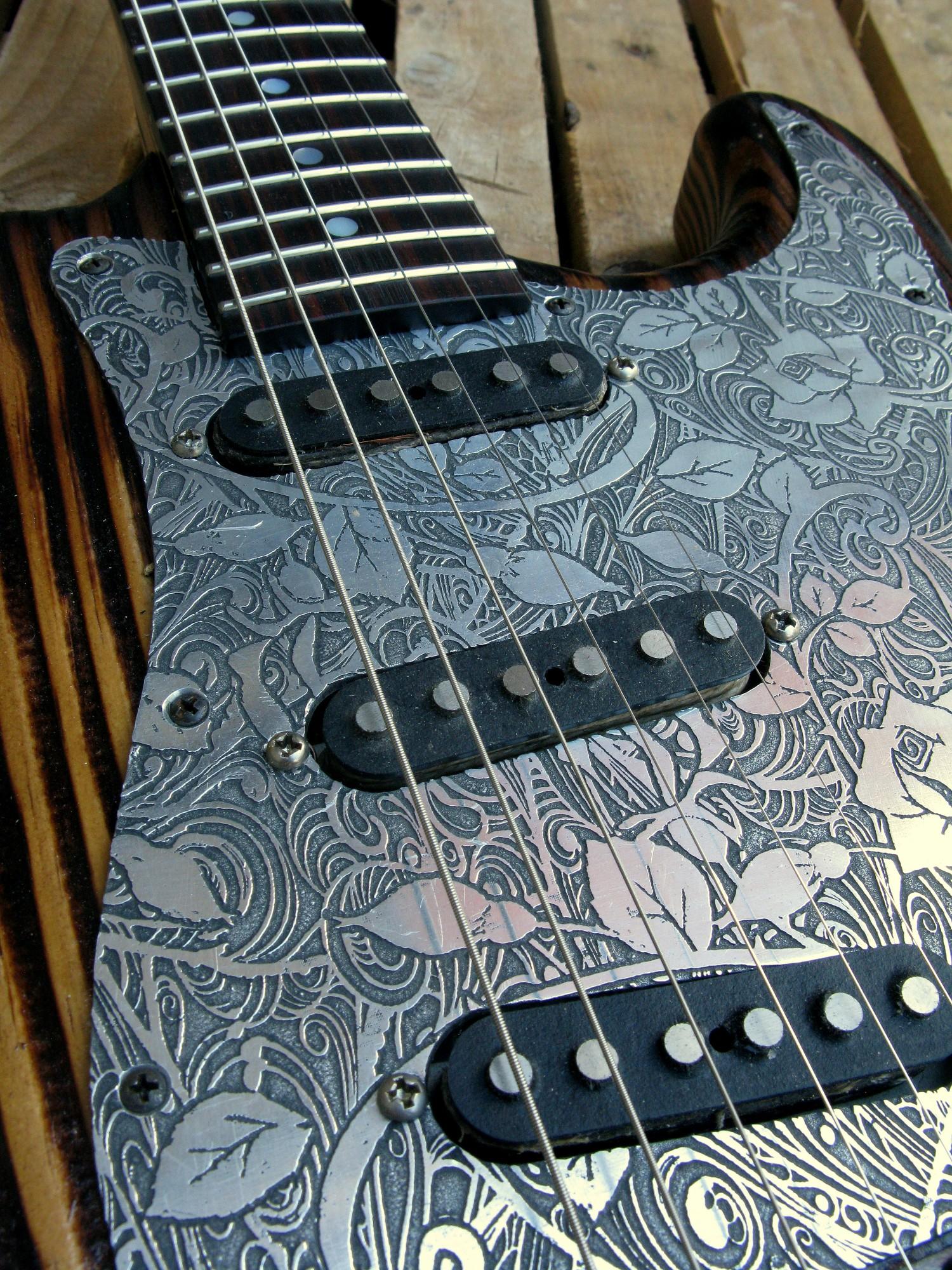 Battipenna inciso di una Stratocaster in pino