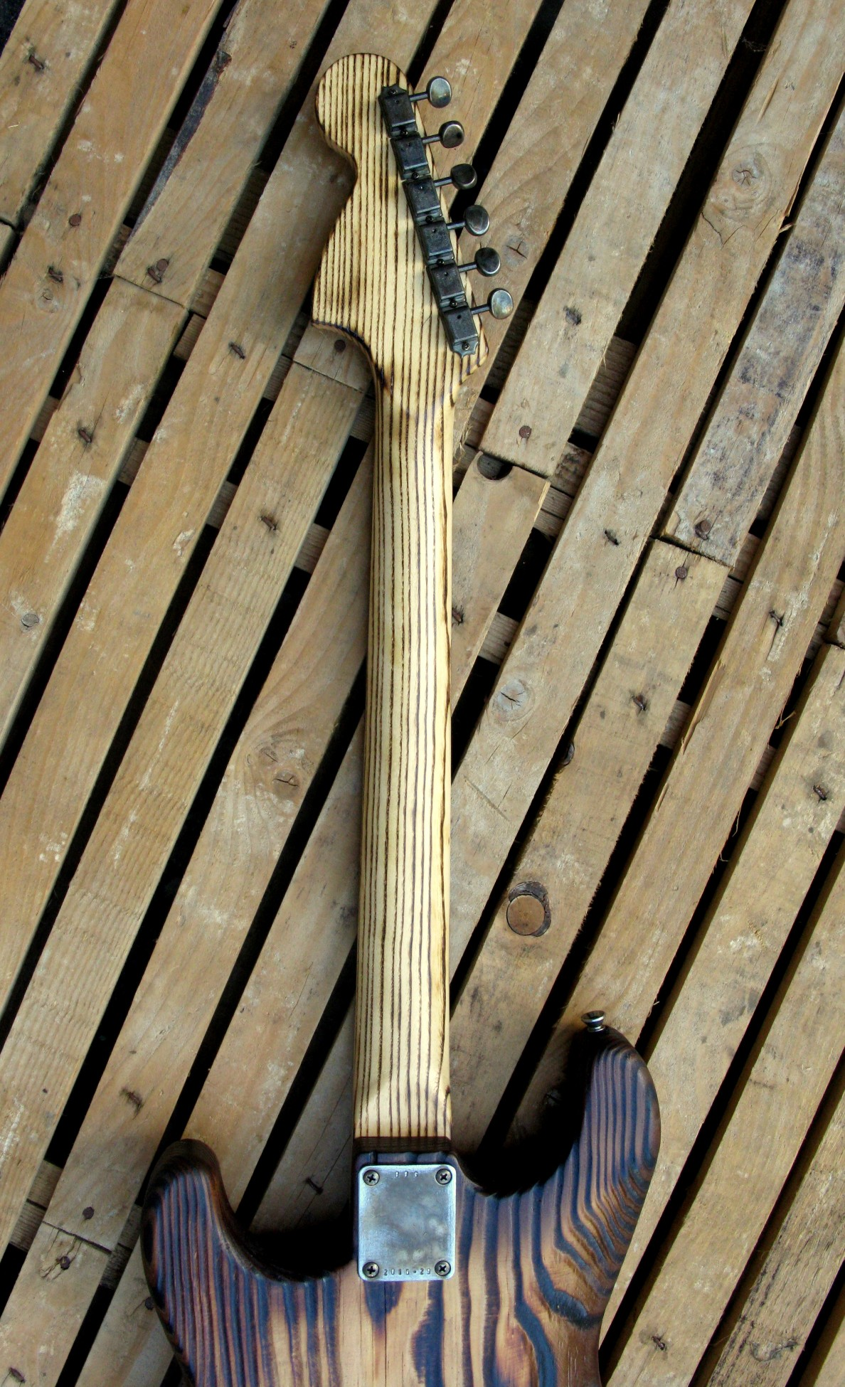 Retro del manico di una chitarra Stratocaster in pino roasted
