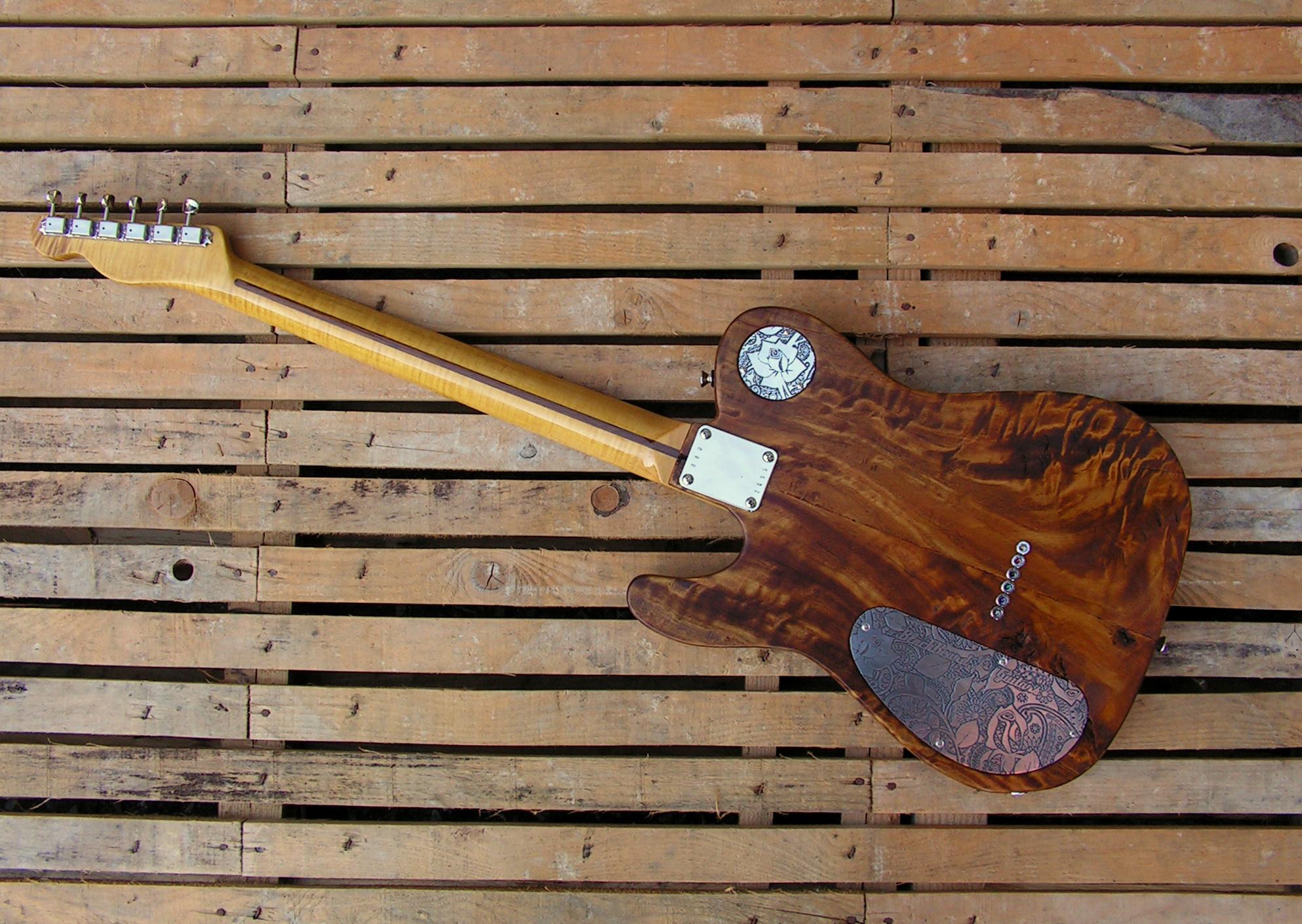 Retro di una chitarra Telecaster in radica di pioppo