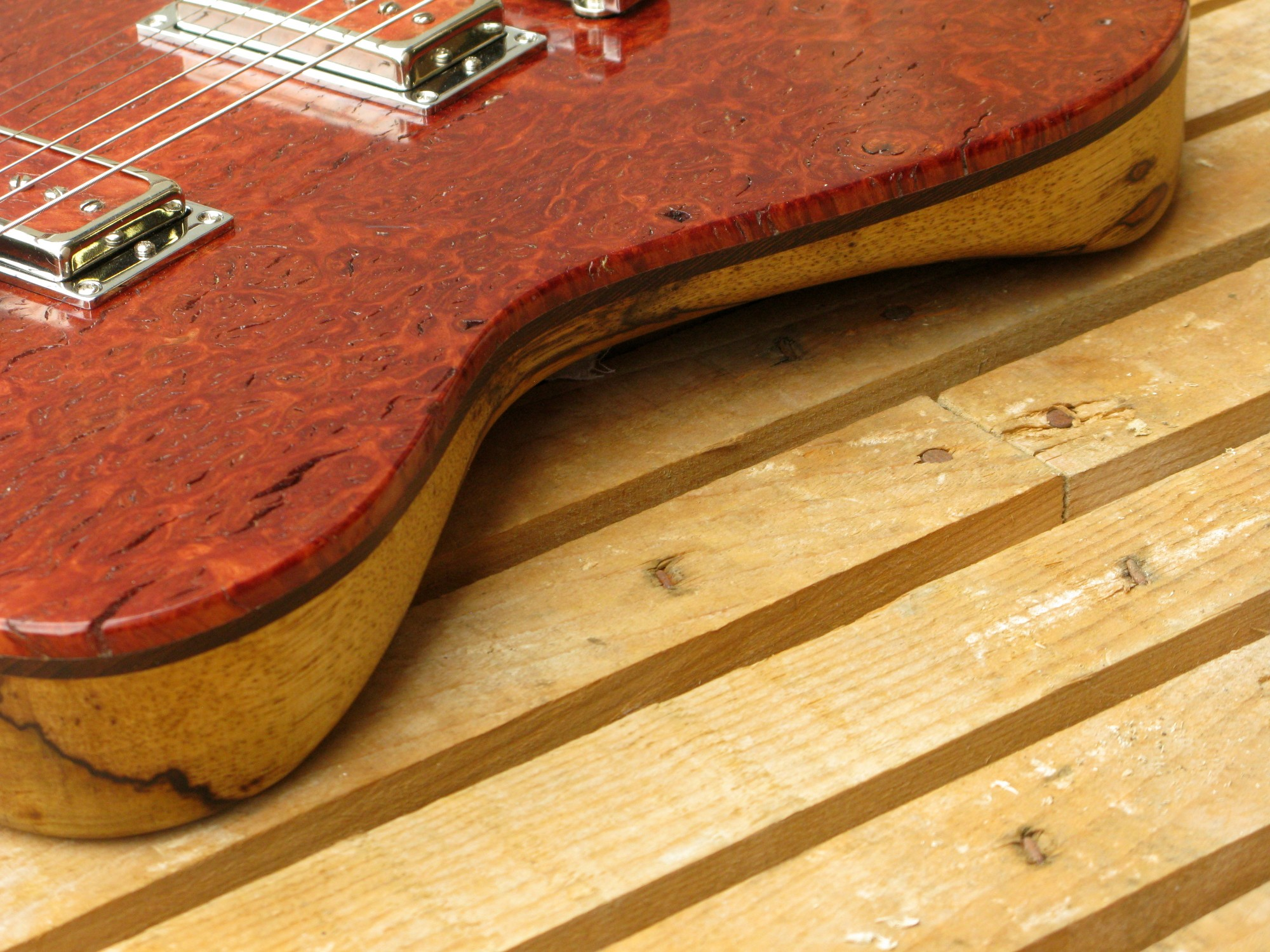 Belly cut di una chitarra Telecaster in black korina e top burl red