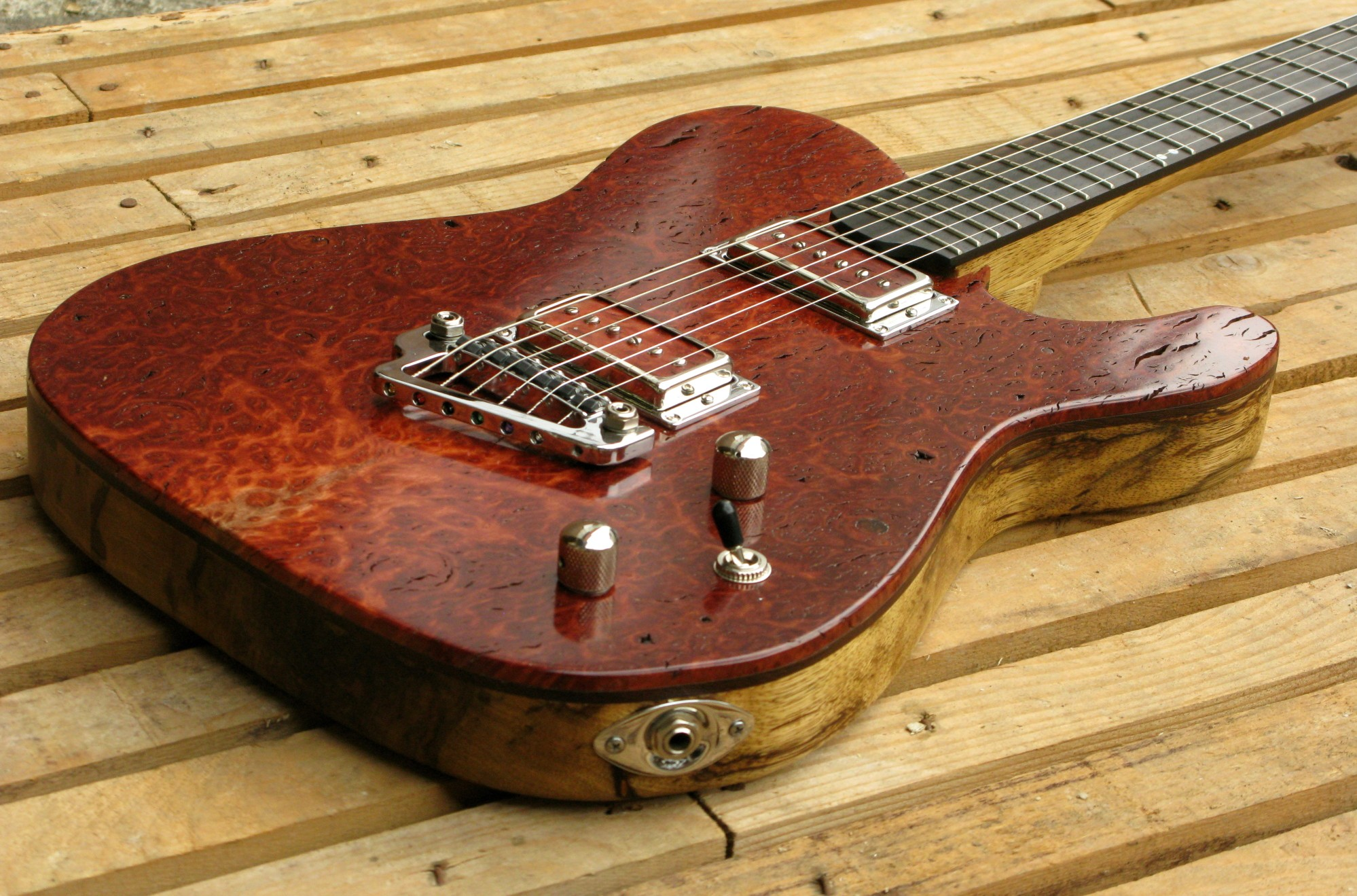 Body di una chitarra Telecaster top burl red