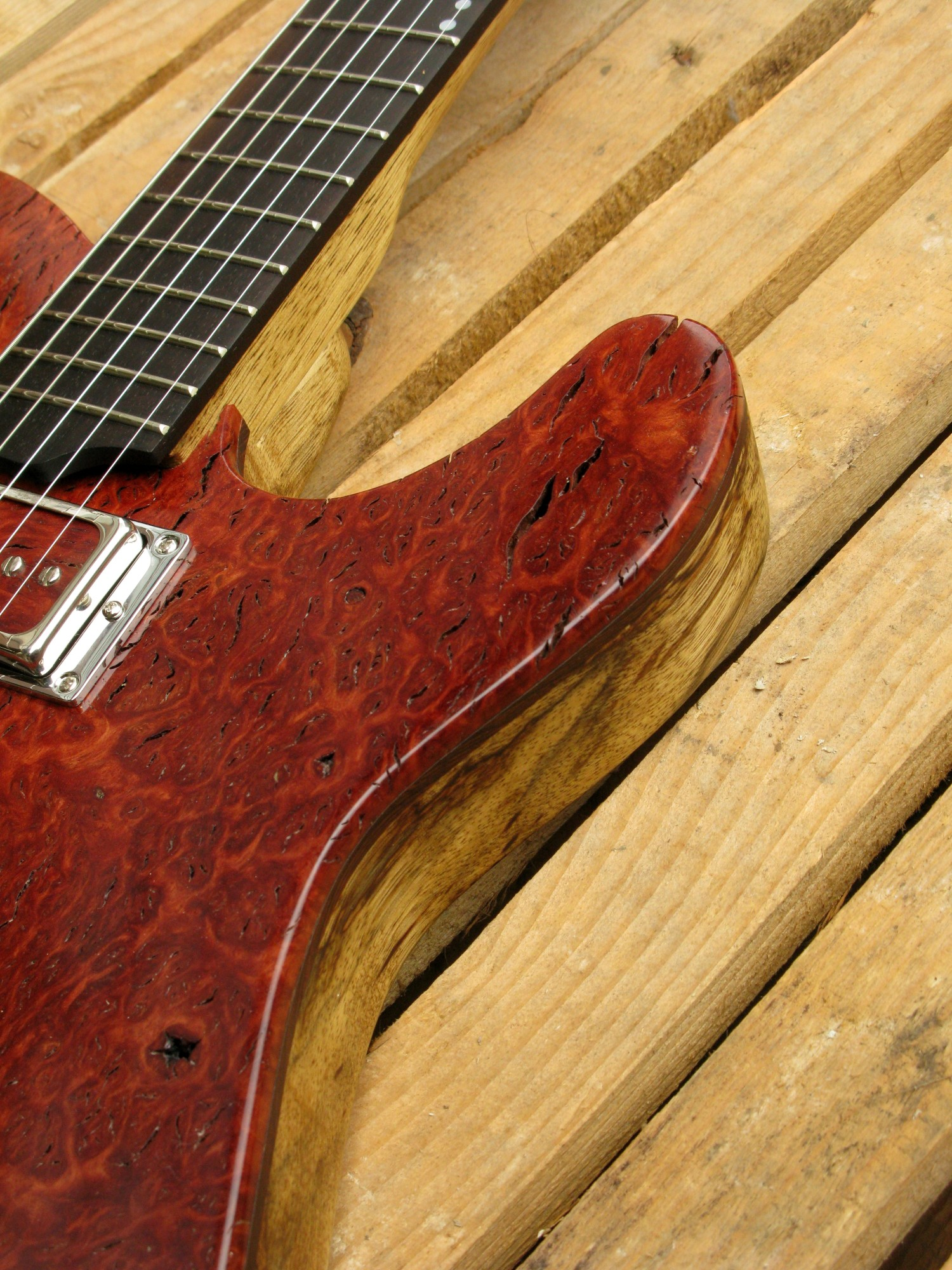 Spalla di una chitarra Telecaster in black korina e top burl red