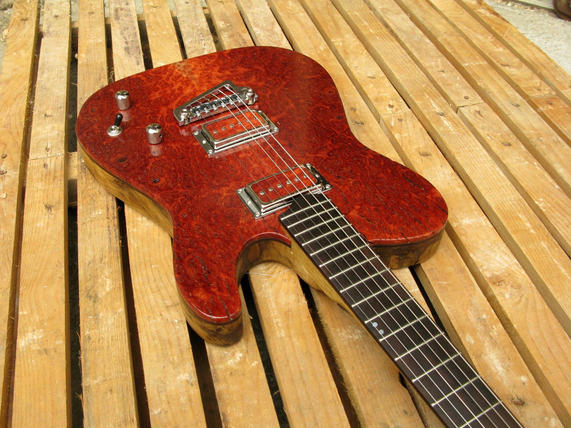 Body di una chitarra Telecaster top burl red