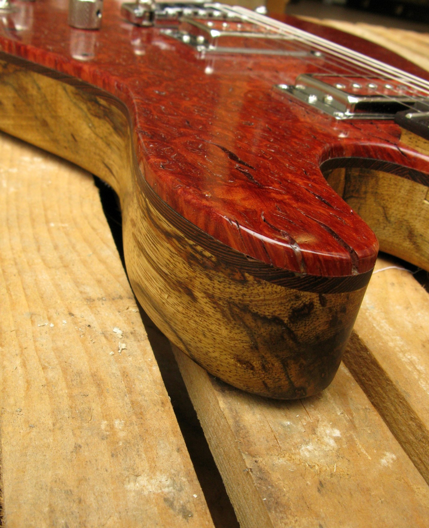 Spalla di una chitarra Telecaster in black korina e top burl red