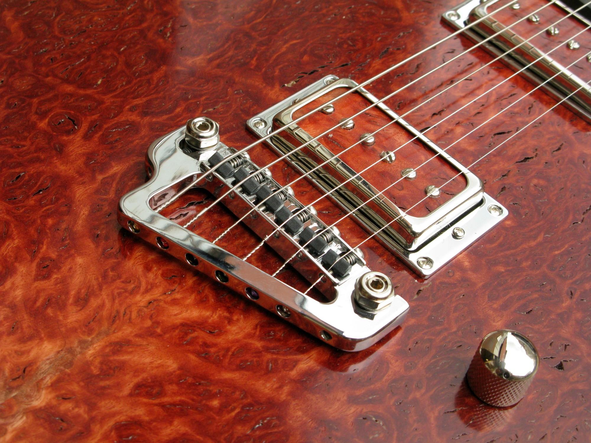 Ponte di una chitarra Telecaster in black korina e top burl red