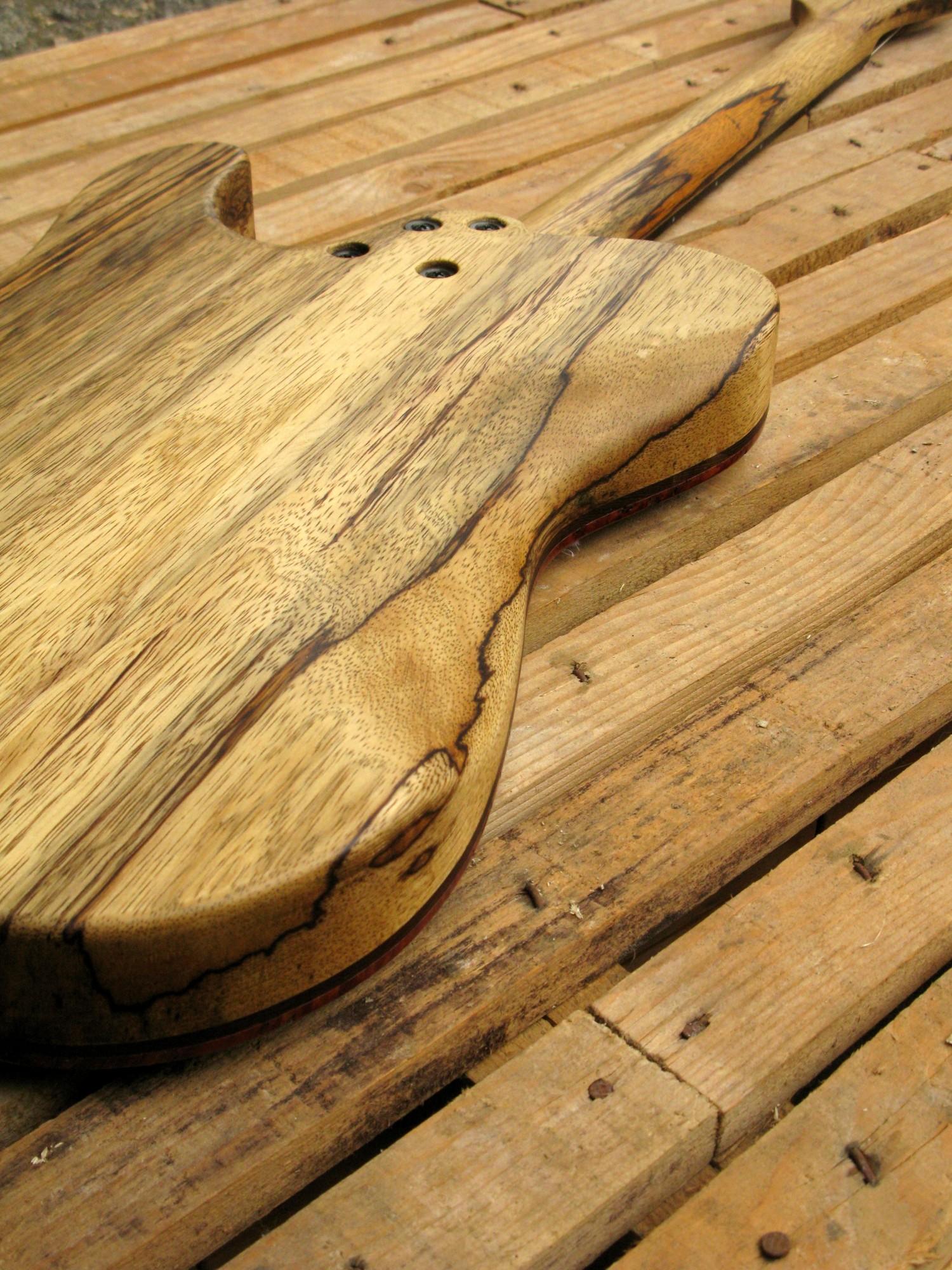 Retro del body di una chitarra Telecaster in black korina