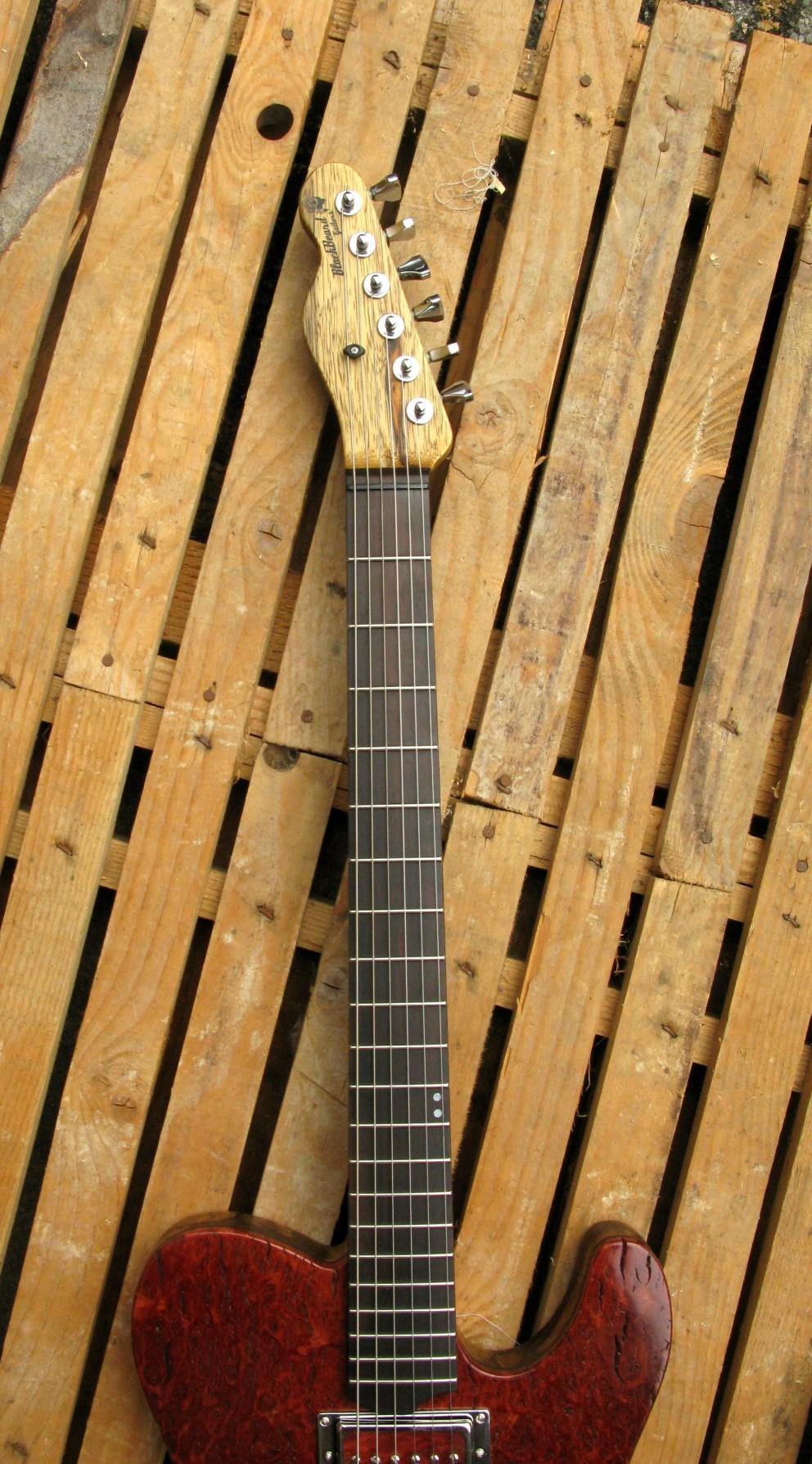 Tastiera in ebano di una chitarra Telecaster in black korina e top burl red
