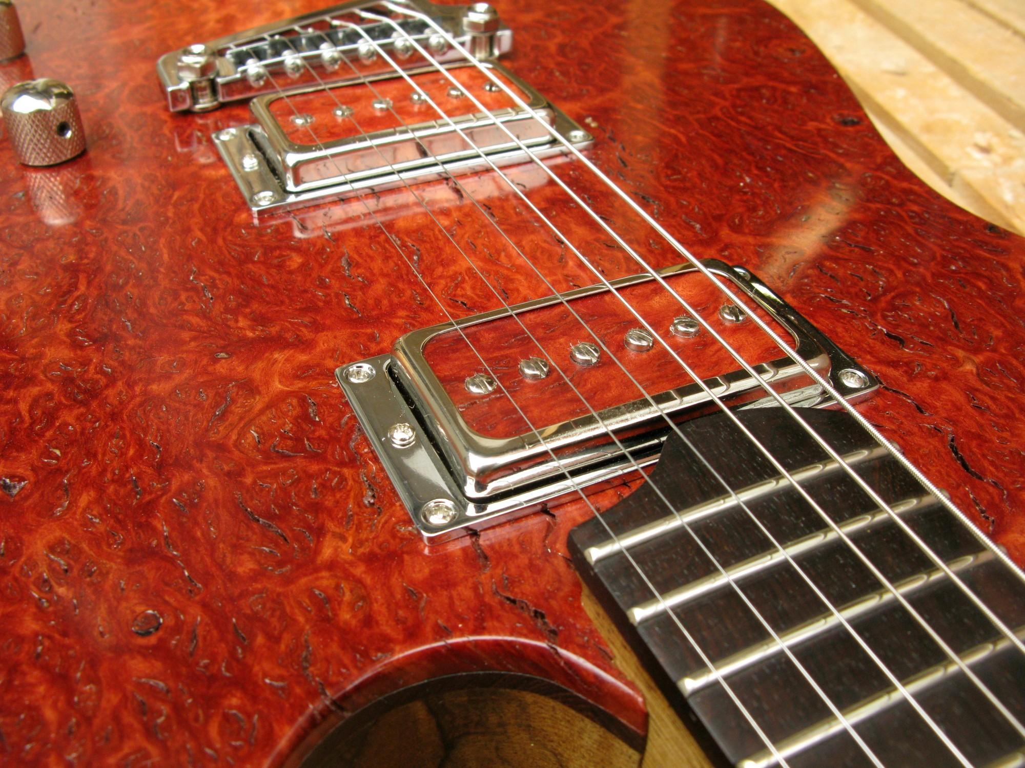 Pickups di una chitarra Telecaster in black korina e top burl red