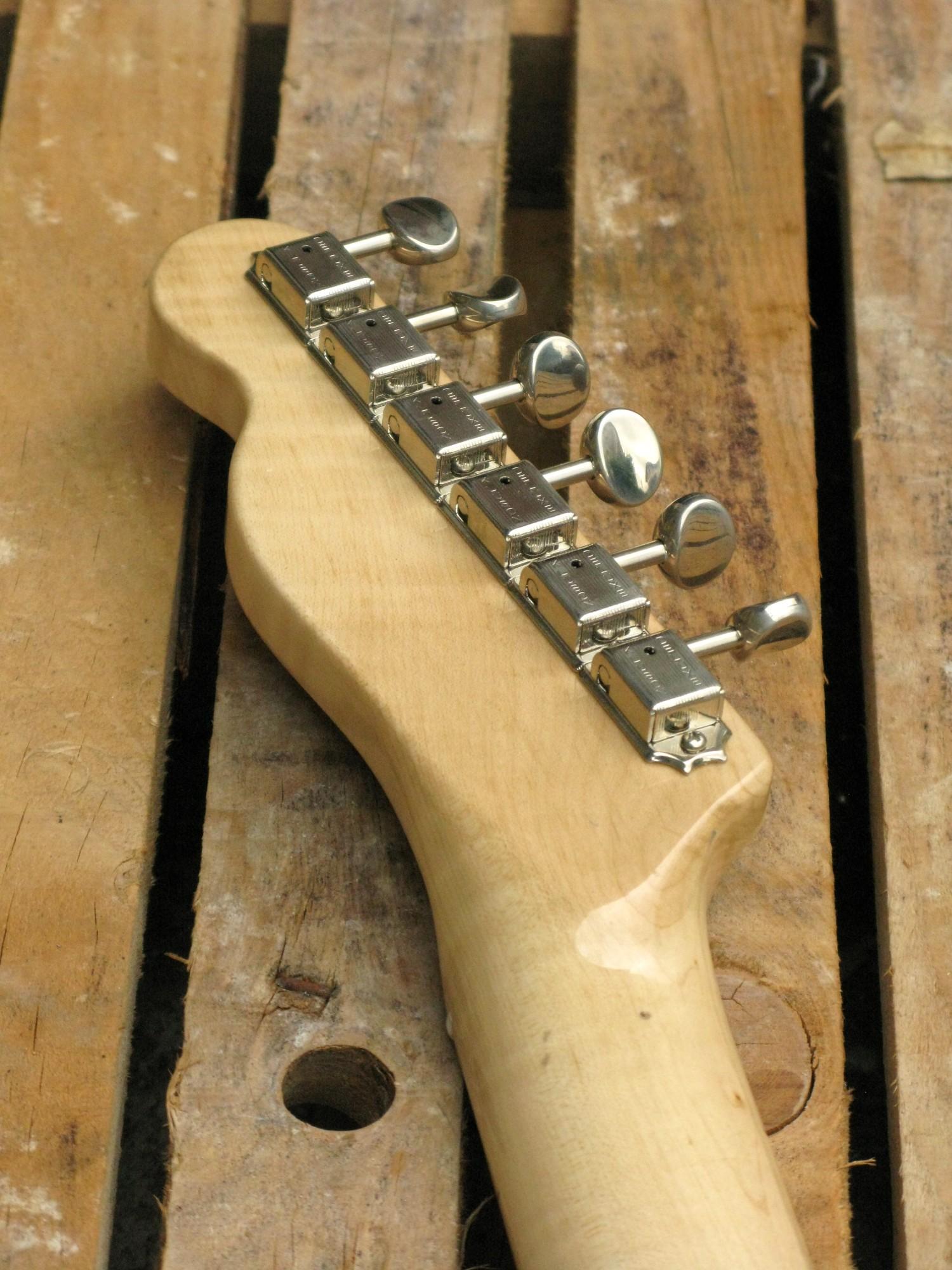 Retro della paletta in acero di una chitarra elettrica Telecaster in pioppo