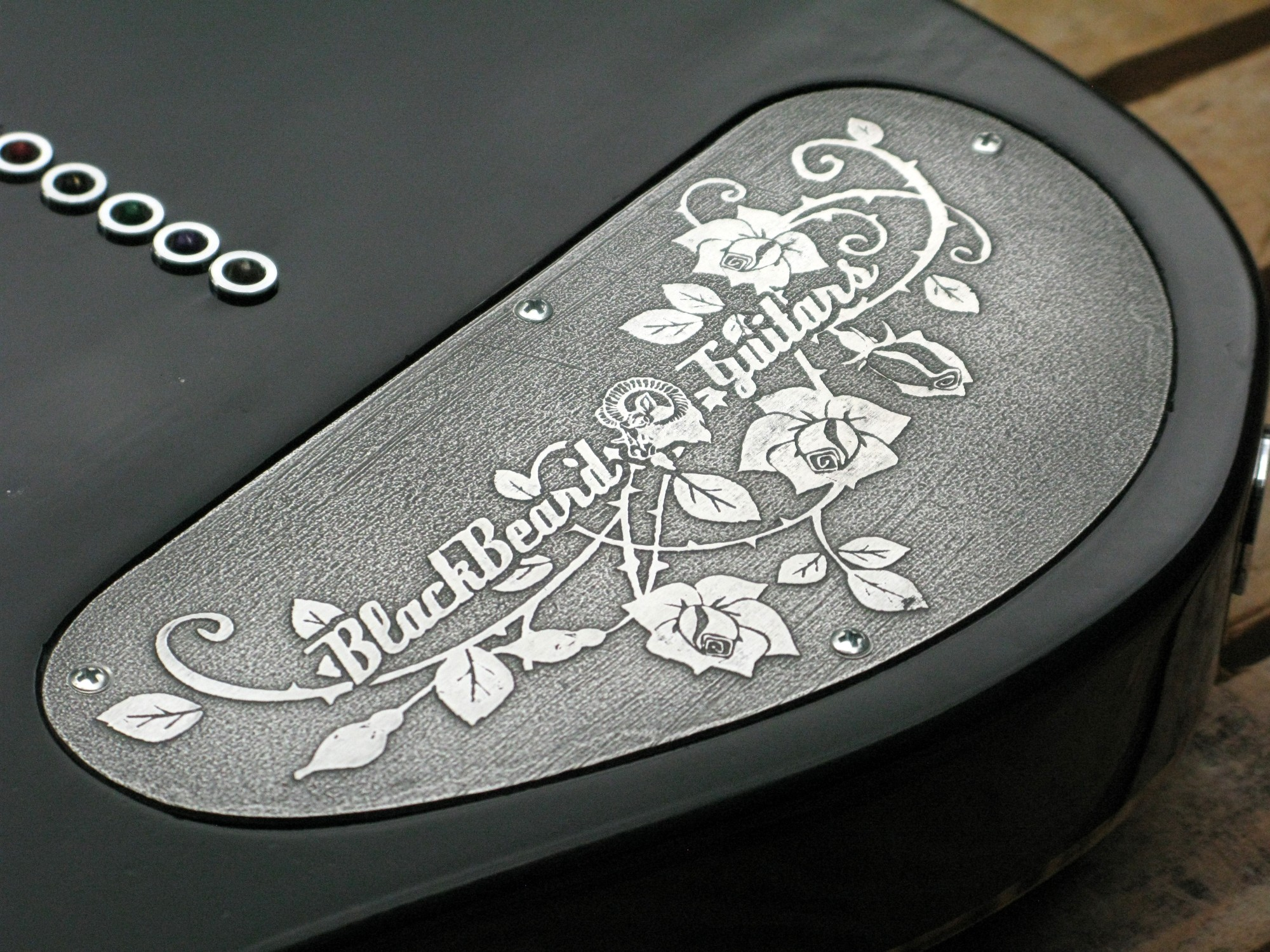 Coperchio sul retro del body in pioppo di una chitarra elettrica Telecaster con manico in acero