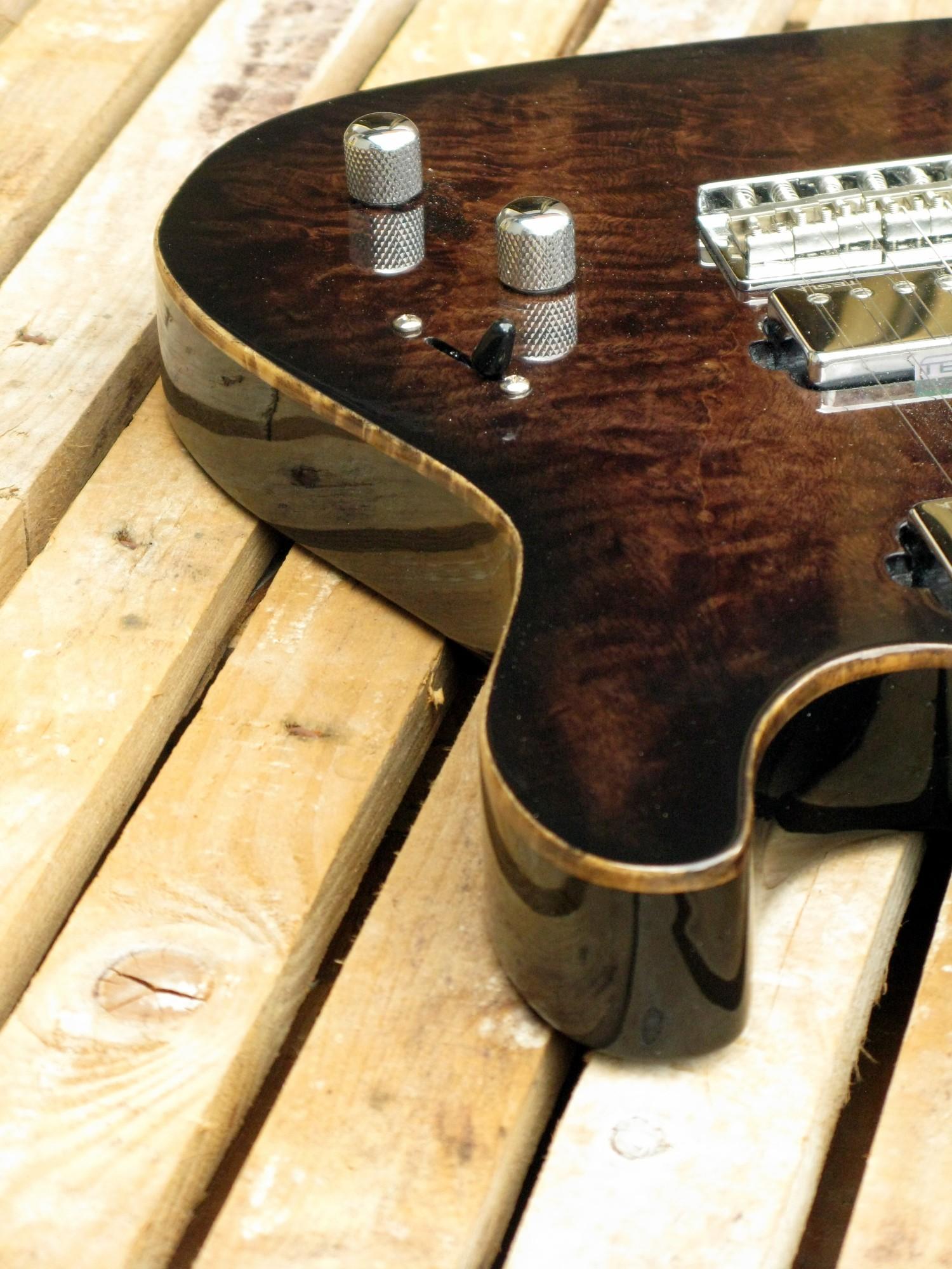Fake binding sul body in pioppo di una chitarra elettrica Telecaster con manico in acero