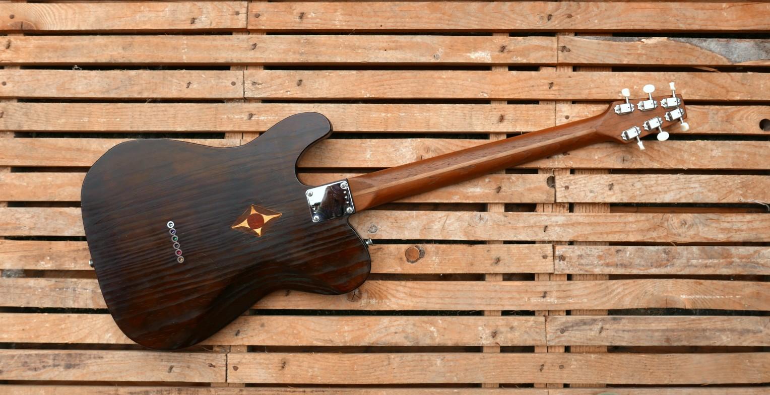 Retro di una chitarra Telecaster in pino con manico in teak e paletta snakehead