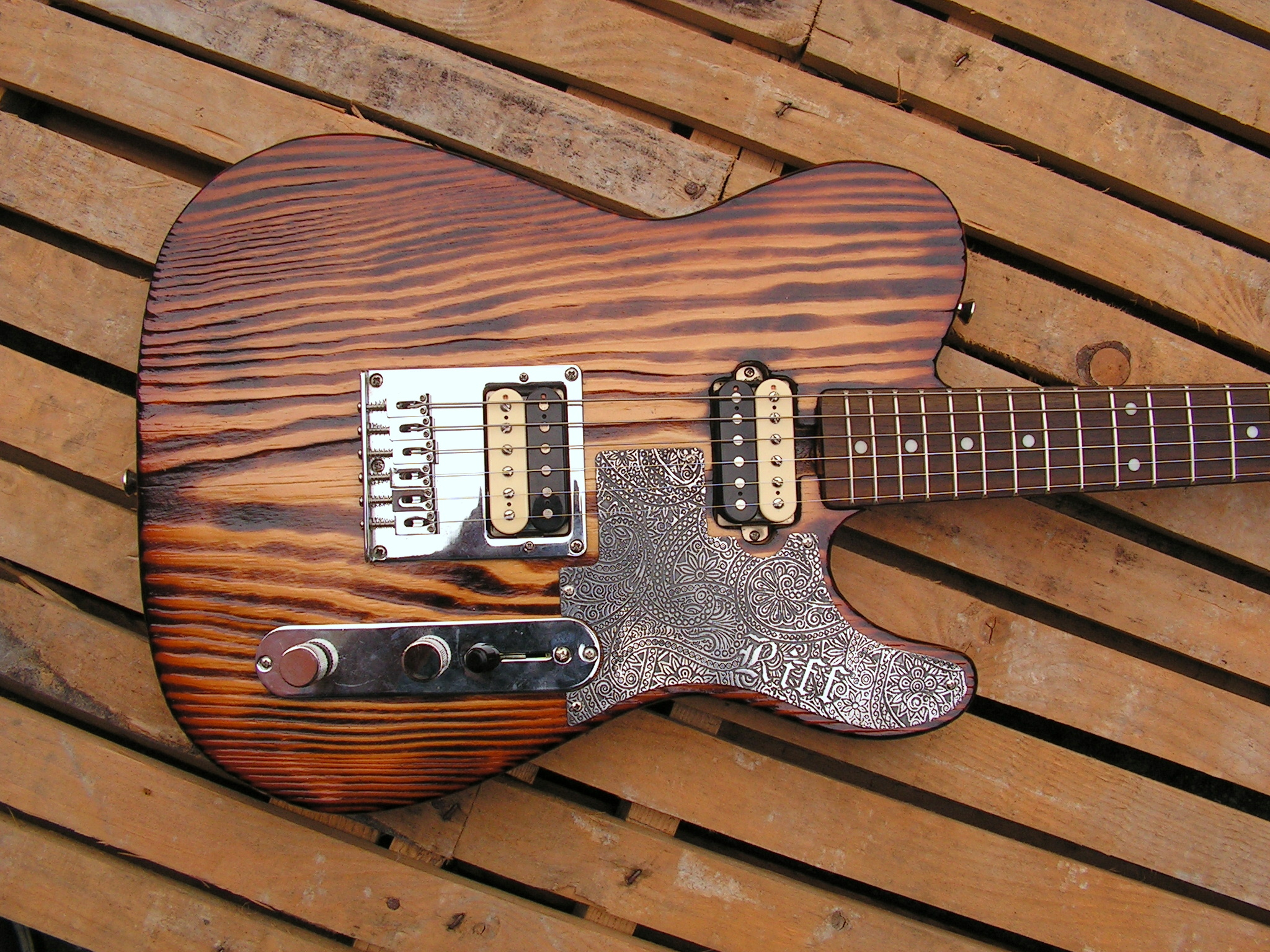 Body di una chitarra Telecaster in yellow pine roasted