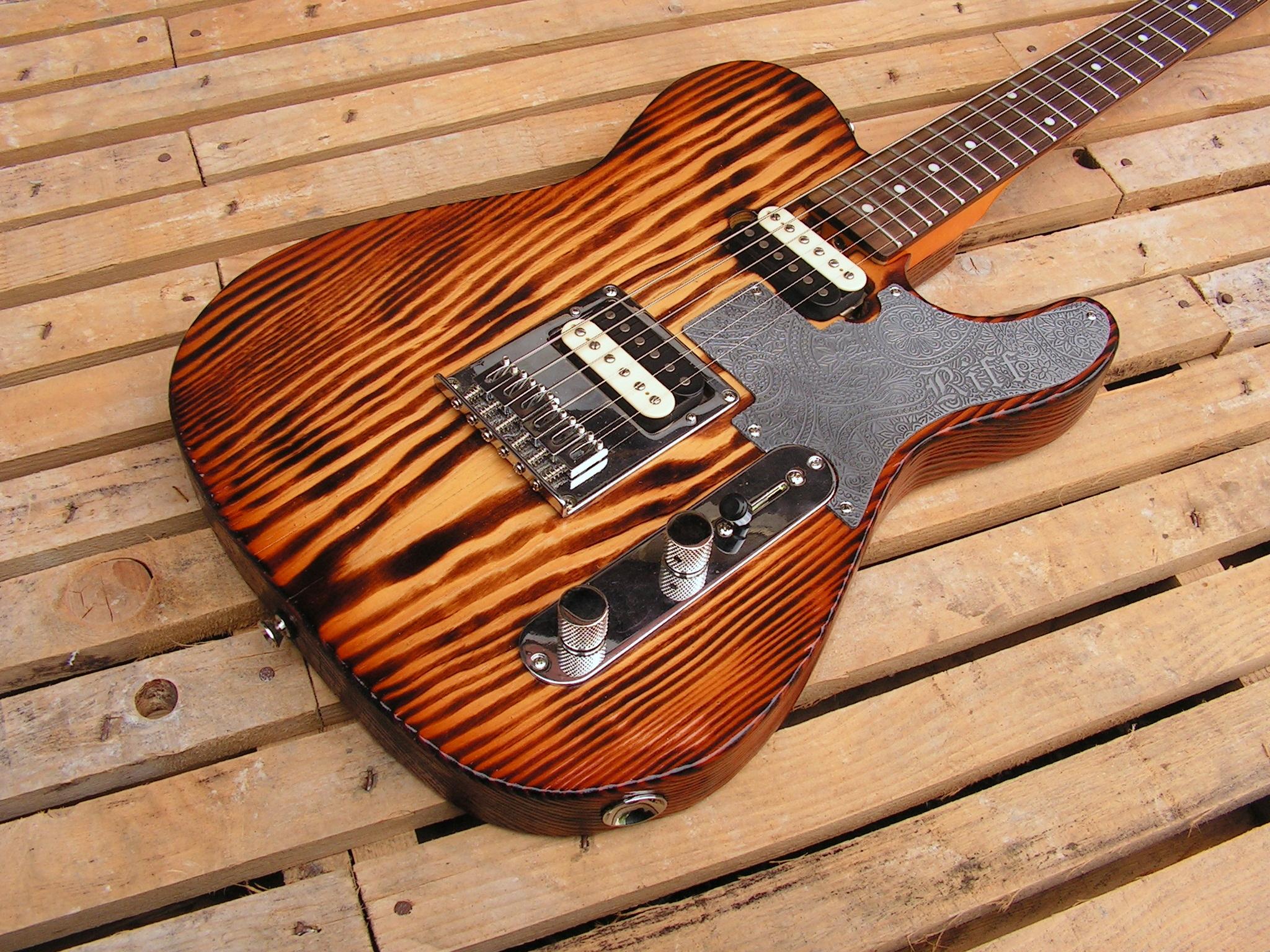 Body di una chitarra Telecaster in yellow pine roasted