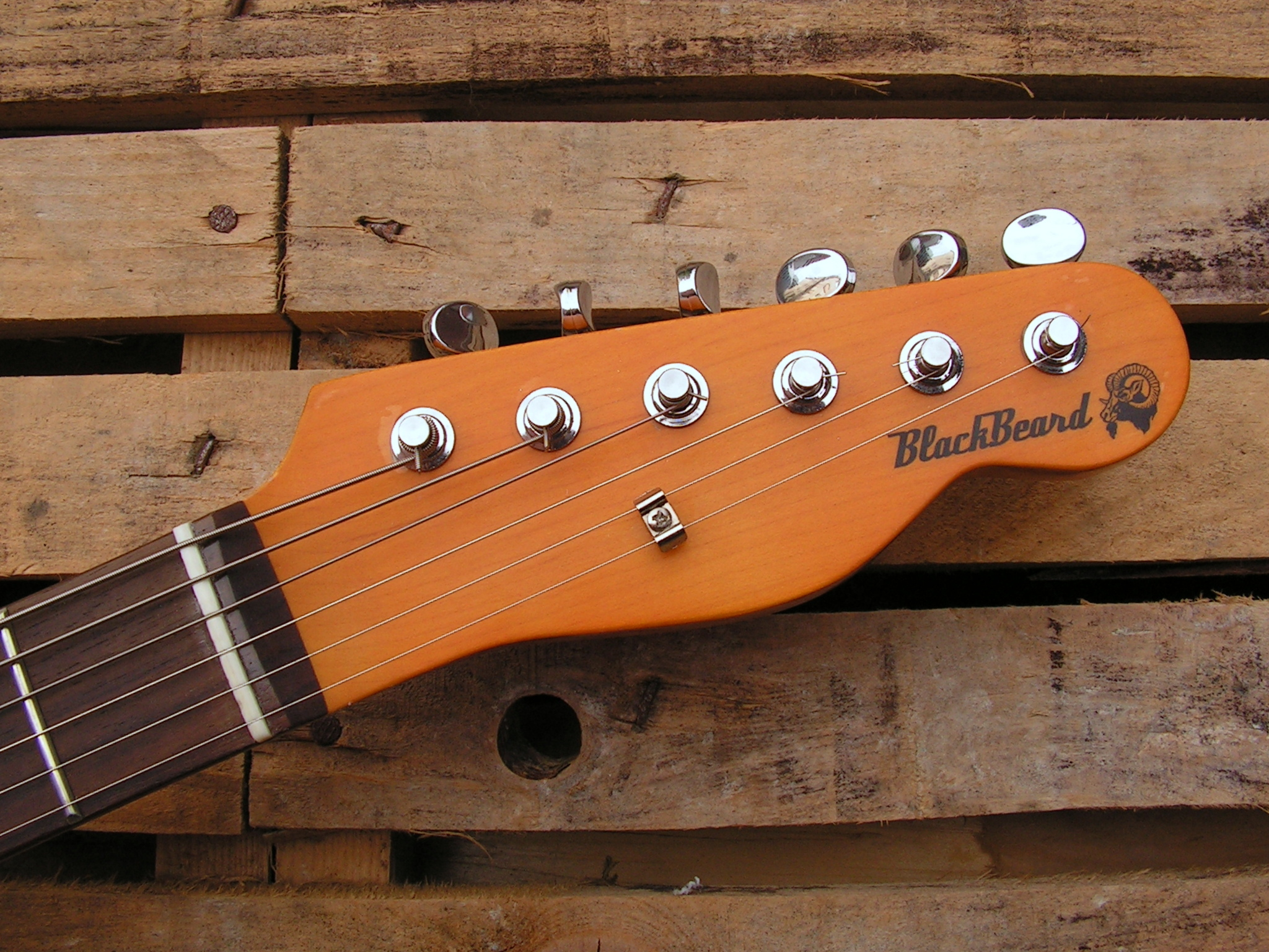 Paletta in acero di una chitarra in yellow pine roasted