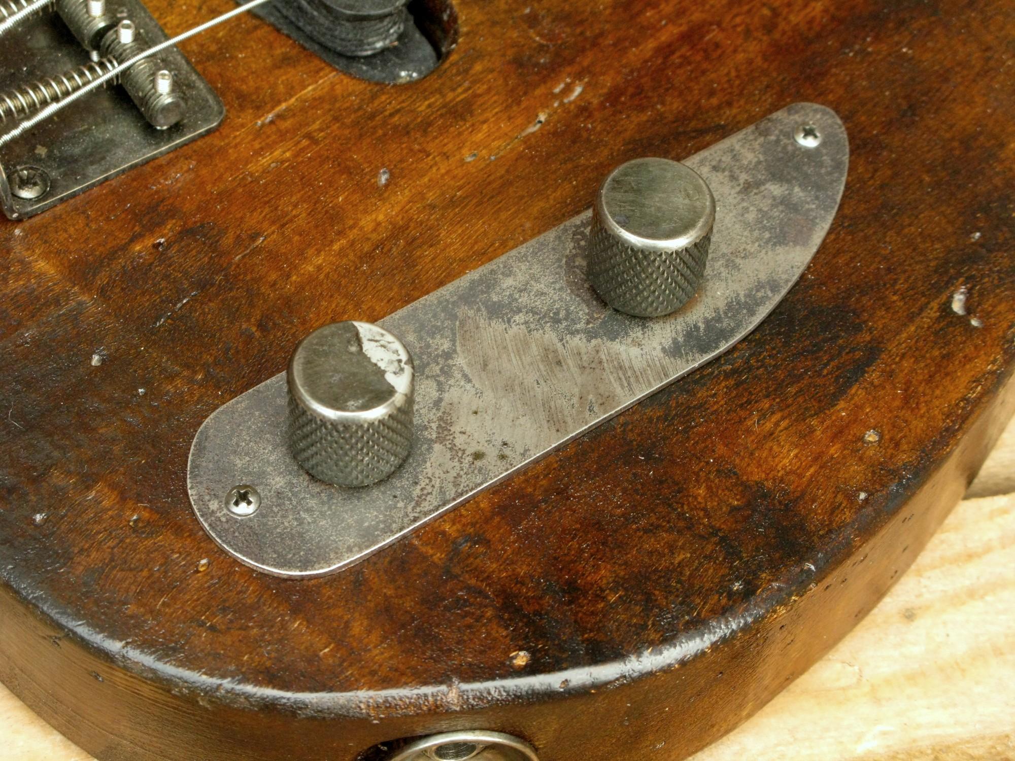 Controlli aged di un bassoTelecaster in pioppo