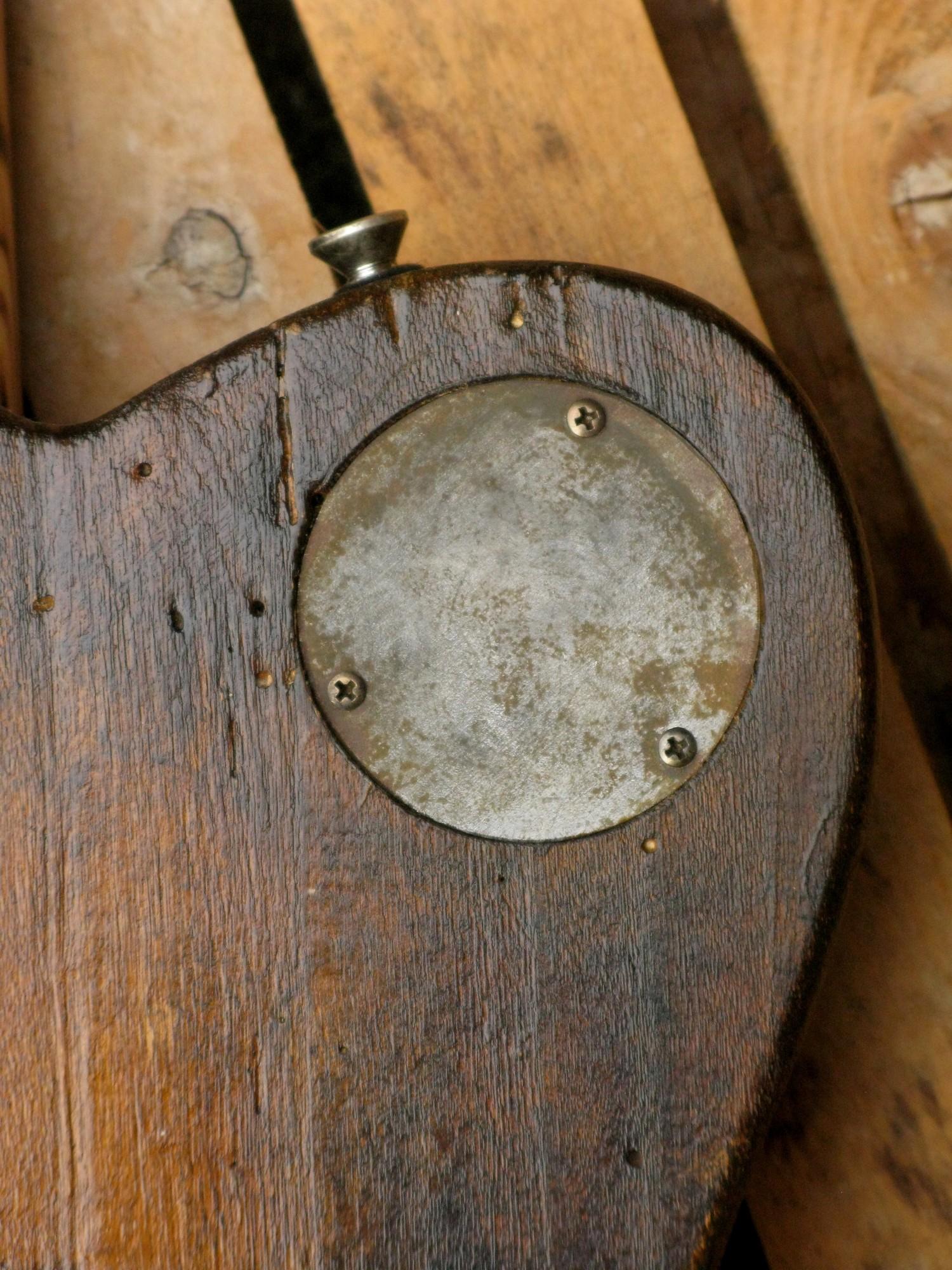Coperchio aged sul retro del body di un bassoTelecaster in pioppo