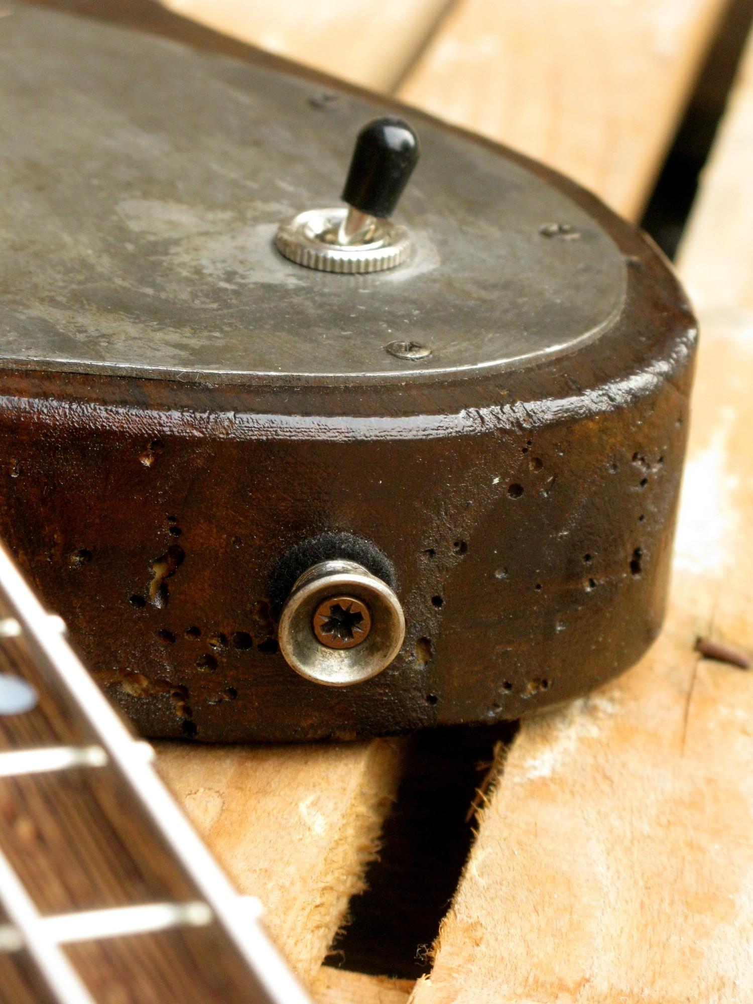 Dettaglio del body di un basso Telecaster in pioppo