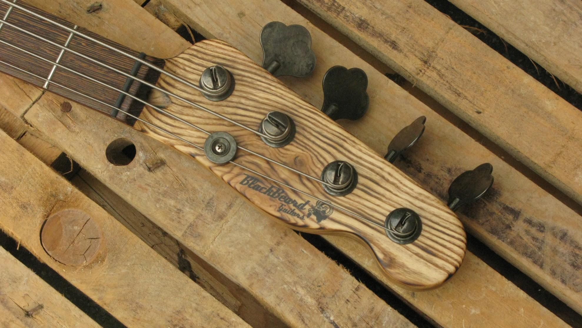 Paletta in frassino di un bassoTelecaster di liuteria