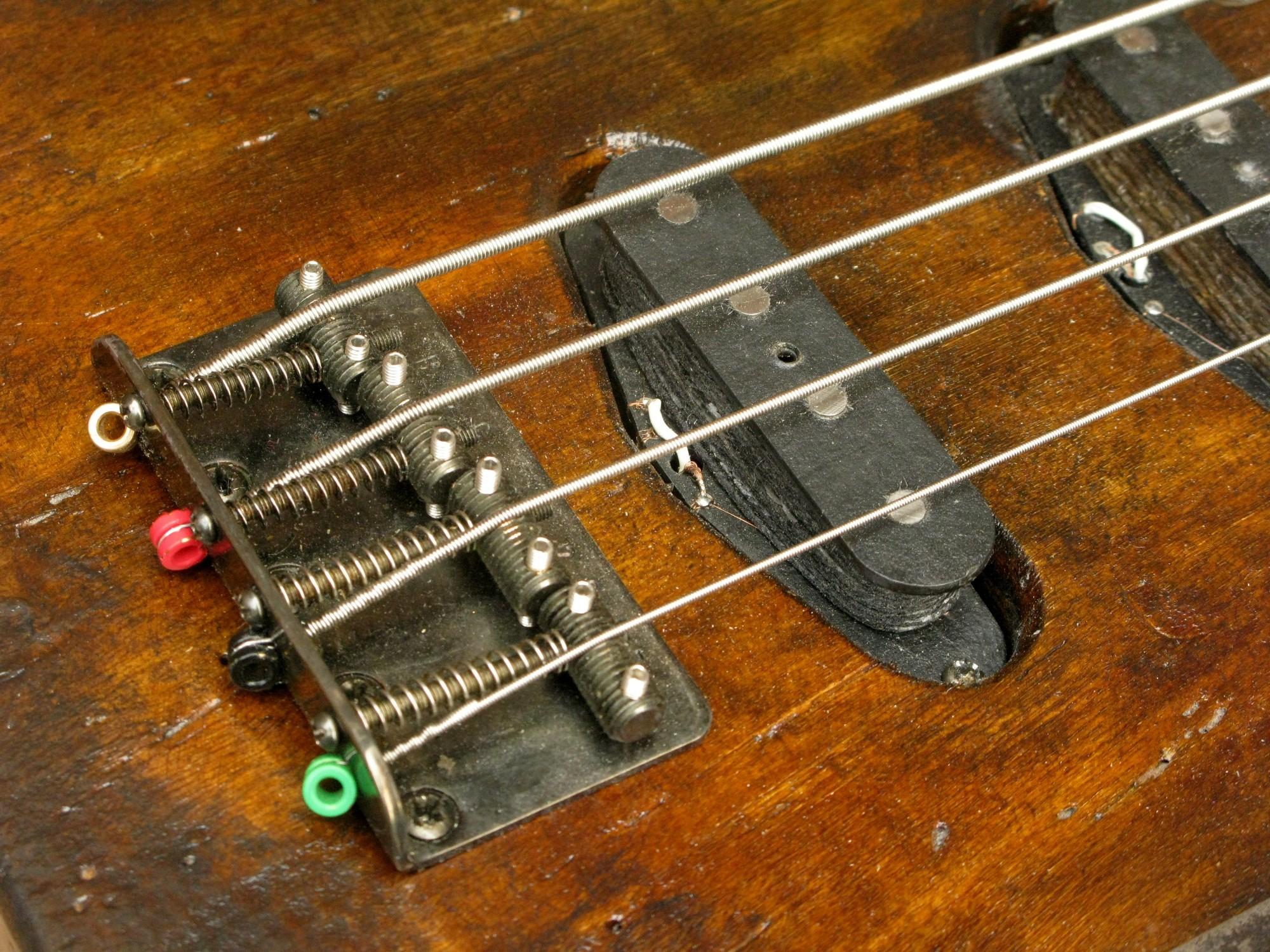 Ponte e pickup aged di un bassoTelecaster in pioppo
