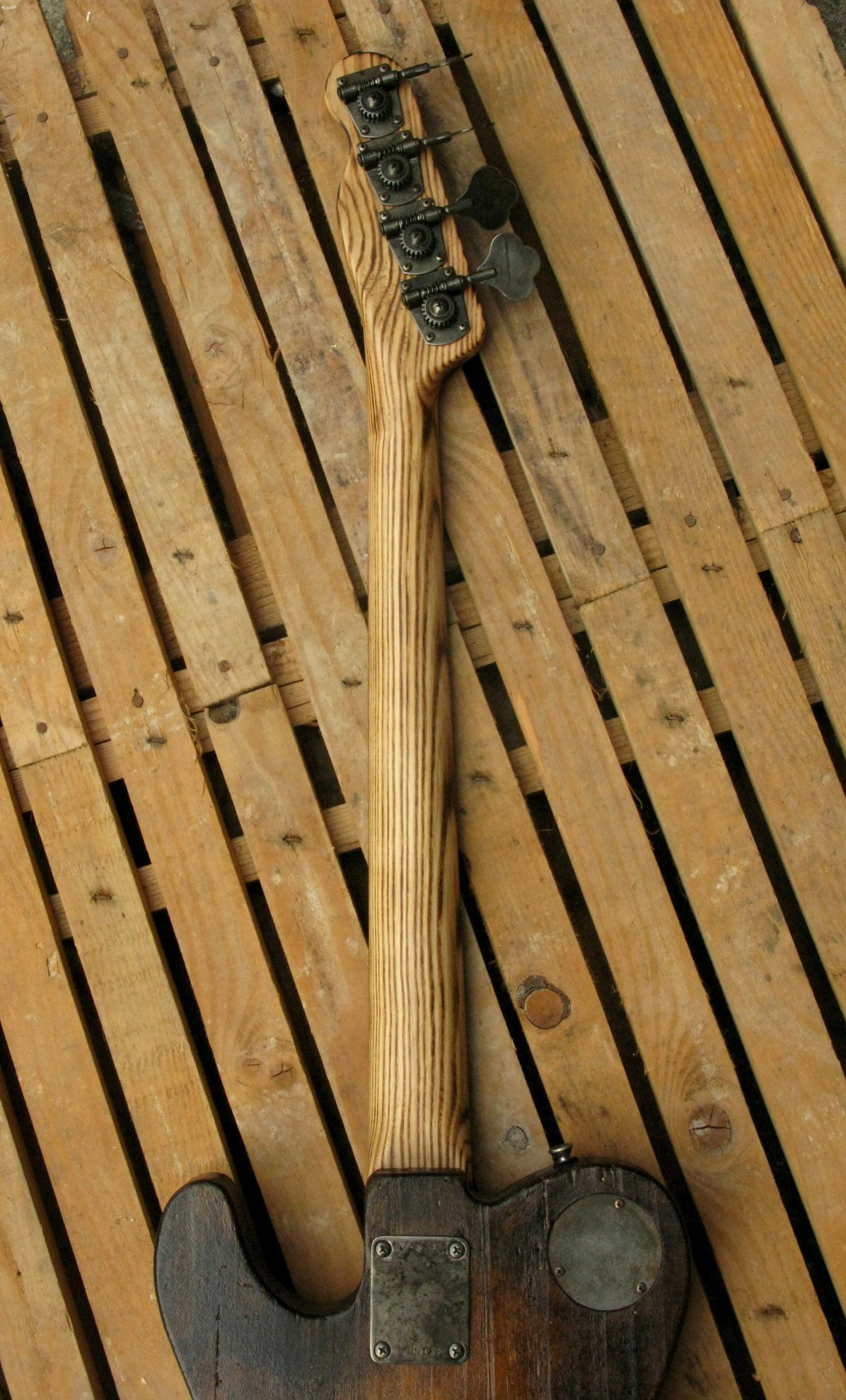 Retro del manico in frassino di un bassoTelecaster di liuteria