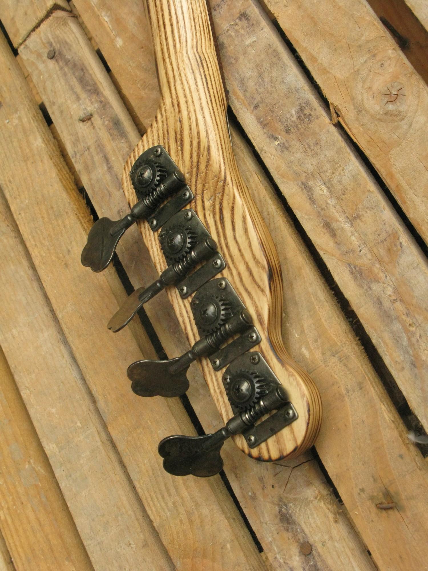 Retro della paletta in frassino di un bassoTelecaster di liuteria