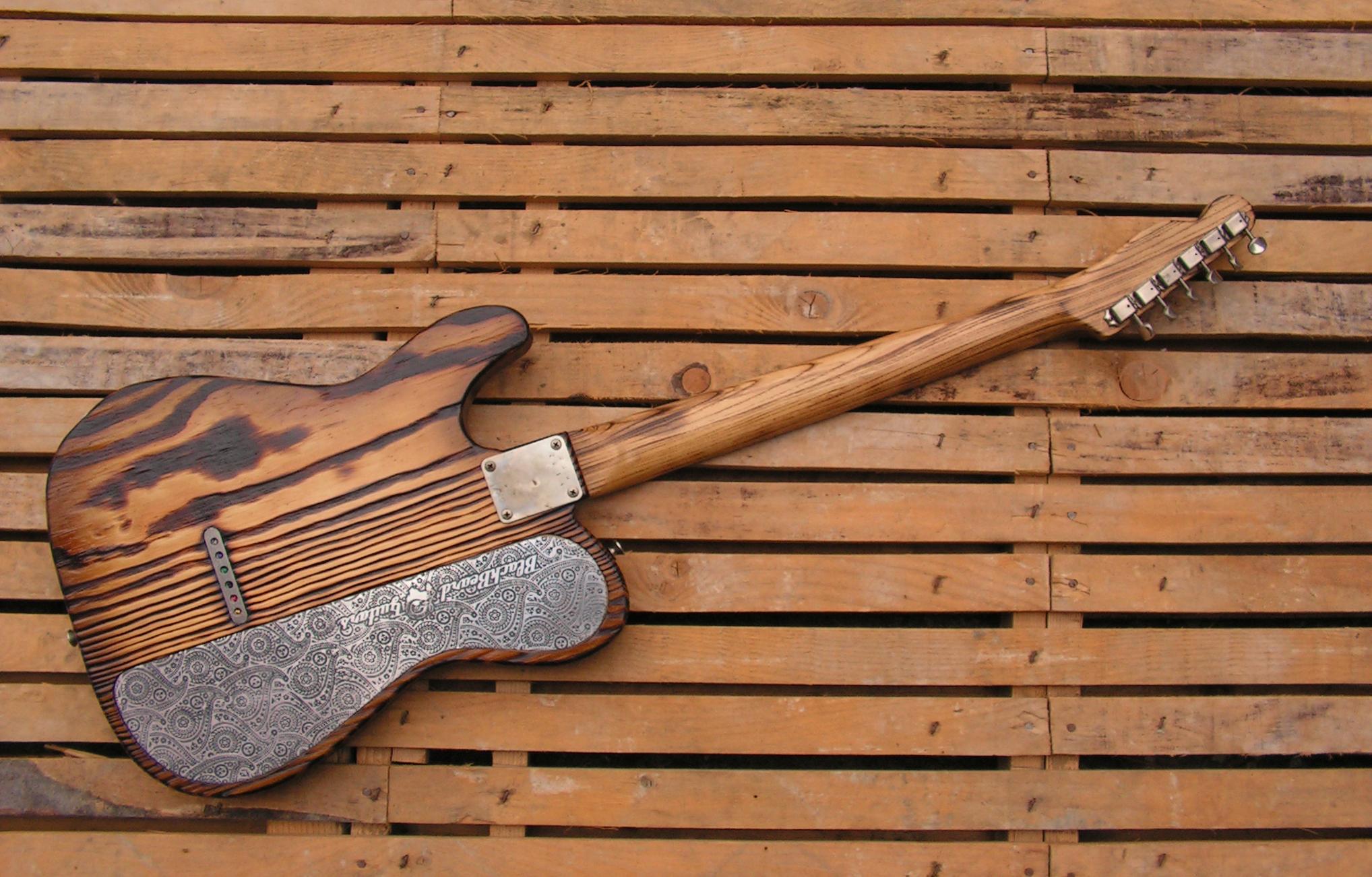 Retro di una chitarra Telecaster Thinline in pino californiano roasted