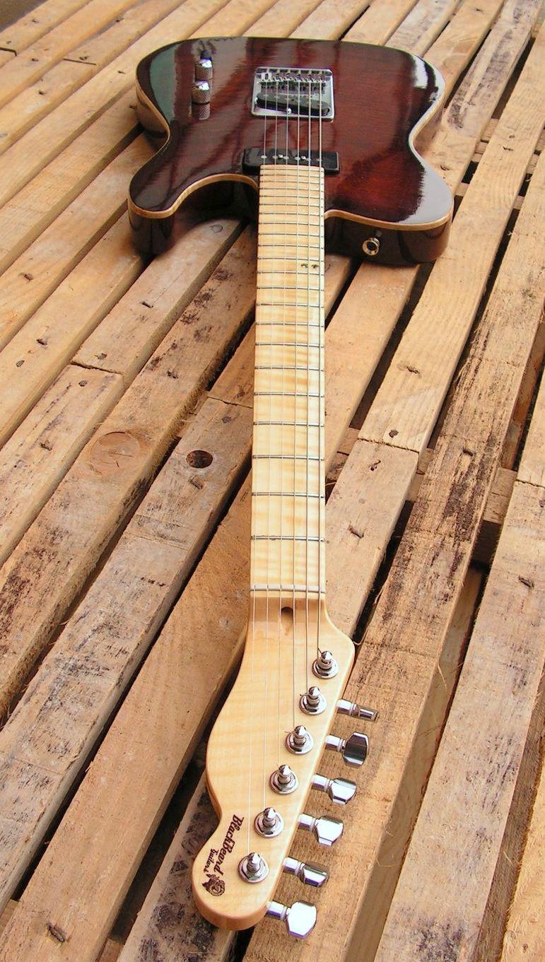 Manico in acero di una chitarra Telecaster in mogano con top in acero