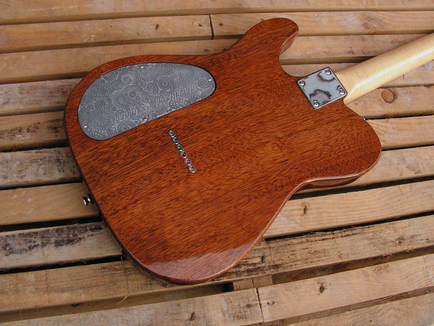 Retro del body di una chitarra Telecaster in mogano con top in acero