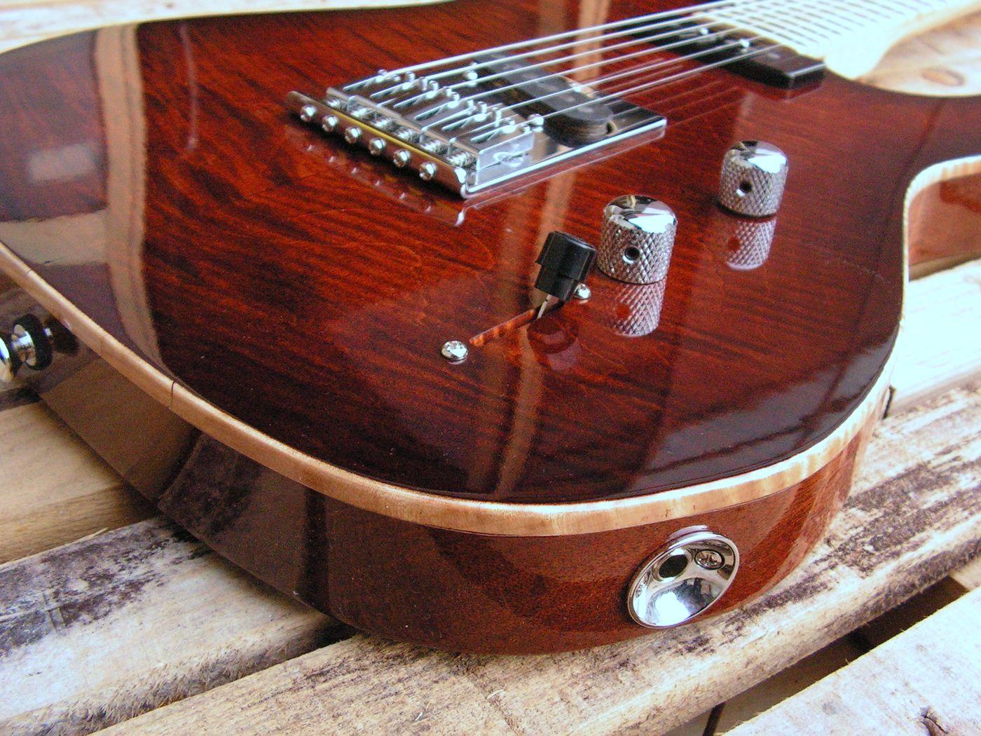 Ponte di una chitarra Telecaster in mogano con top in acero