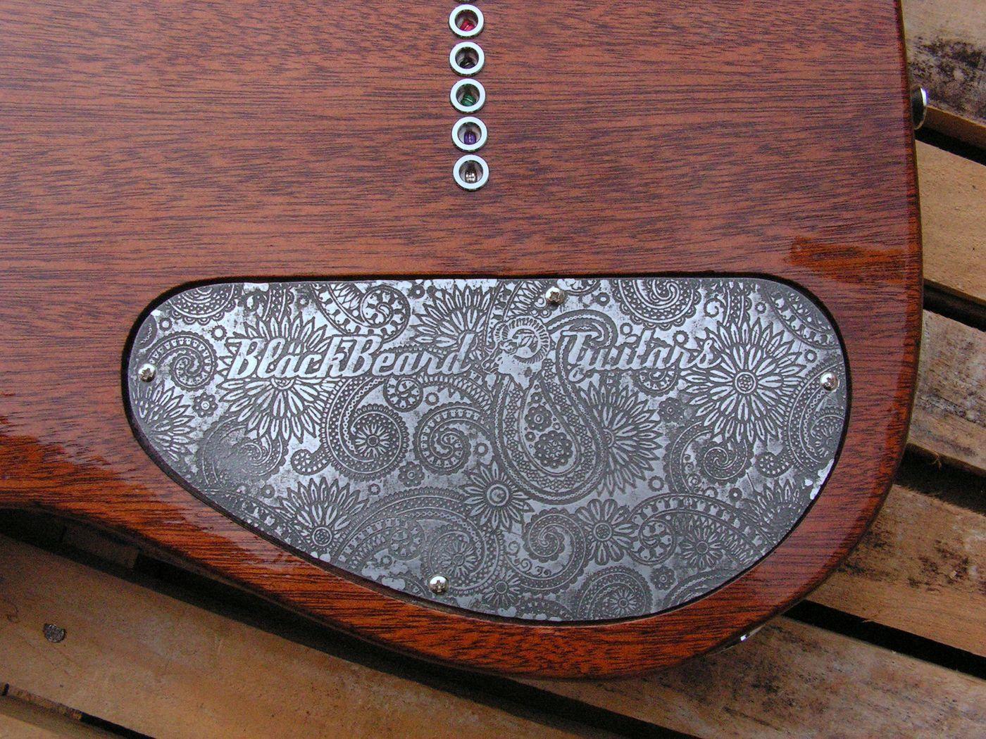 Coperchio inciso sul retro del body di una chitarra Telecaster in mogano con top in acero