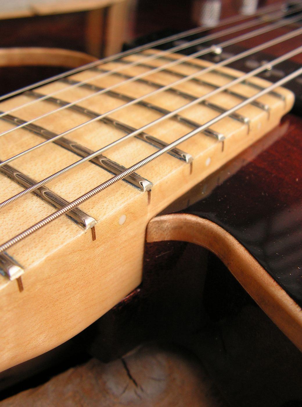Tastiera in acero di una chitarra Telecaster in mogano con top in acero