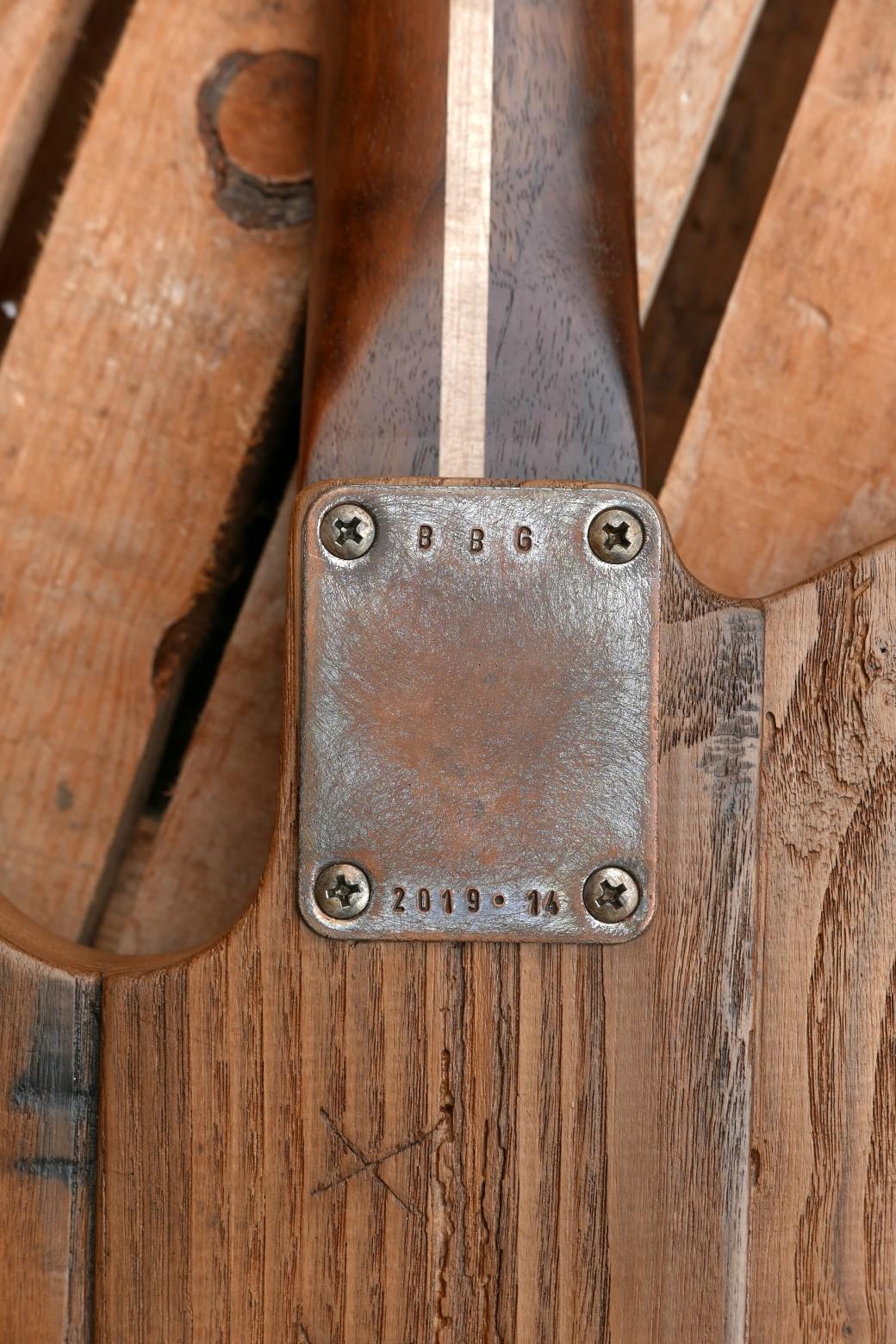 Piastra del manico sul retro del body in castagno tarlato di una Telecaster artigianale