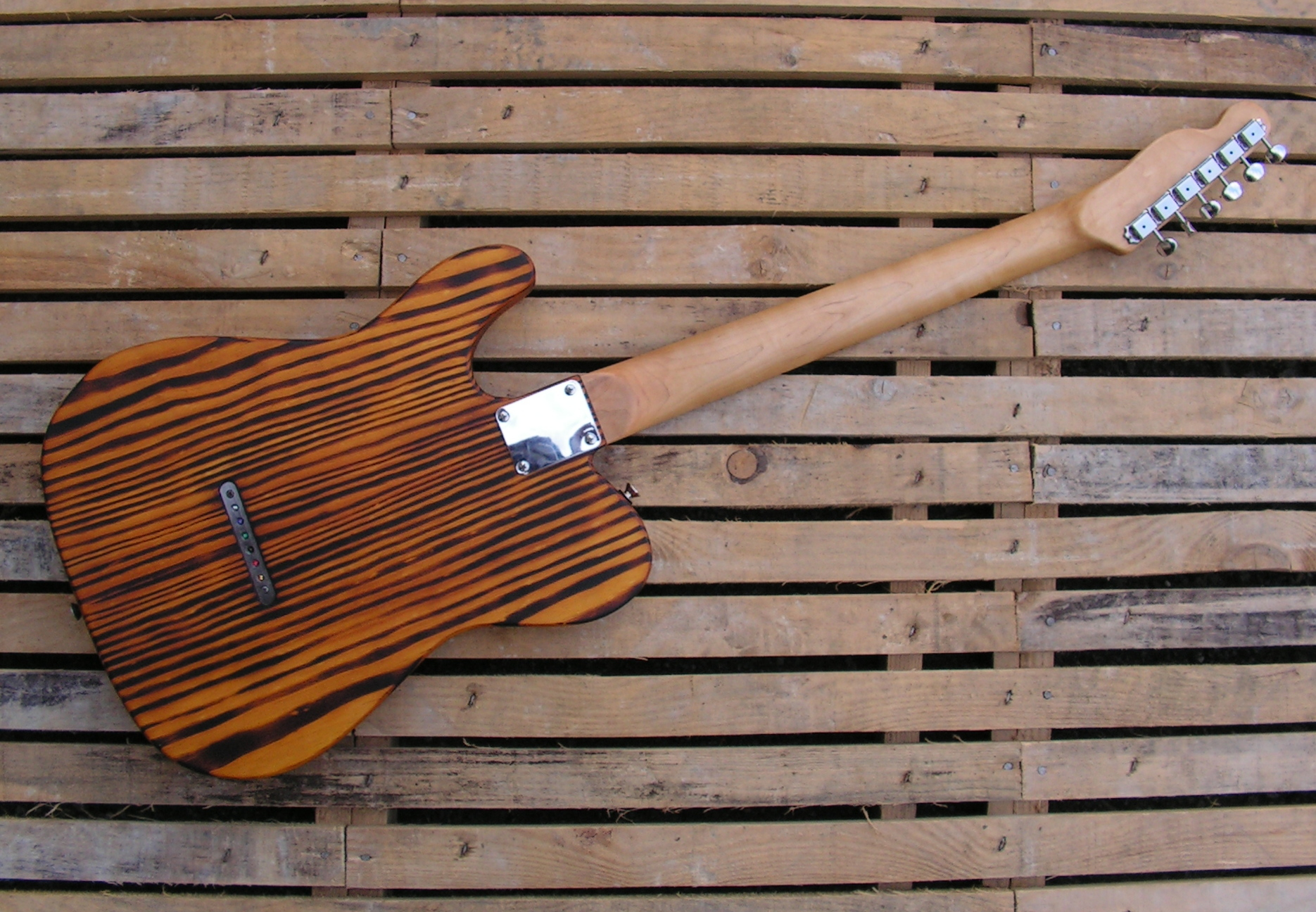 Retro del body di una chitarra Telecaster in pino roasted